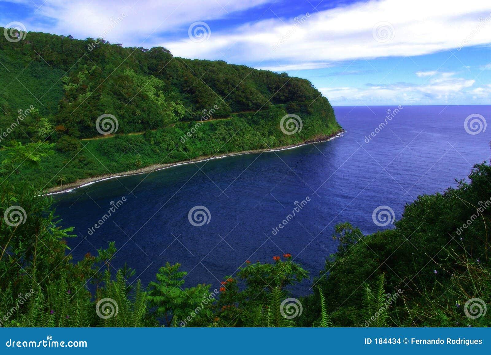 Una playa dentro de una bahía