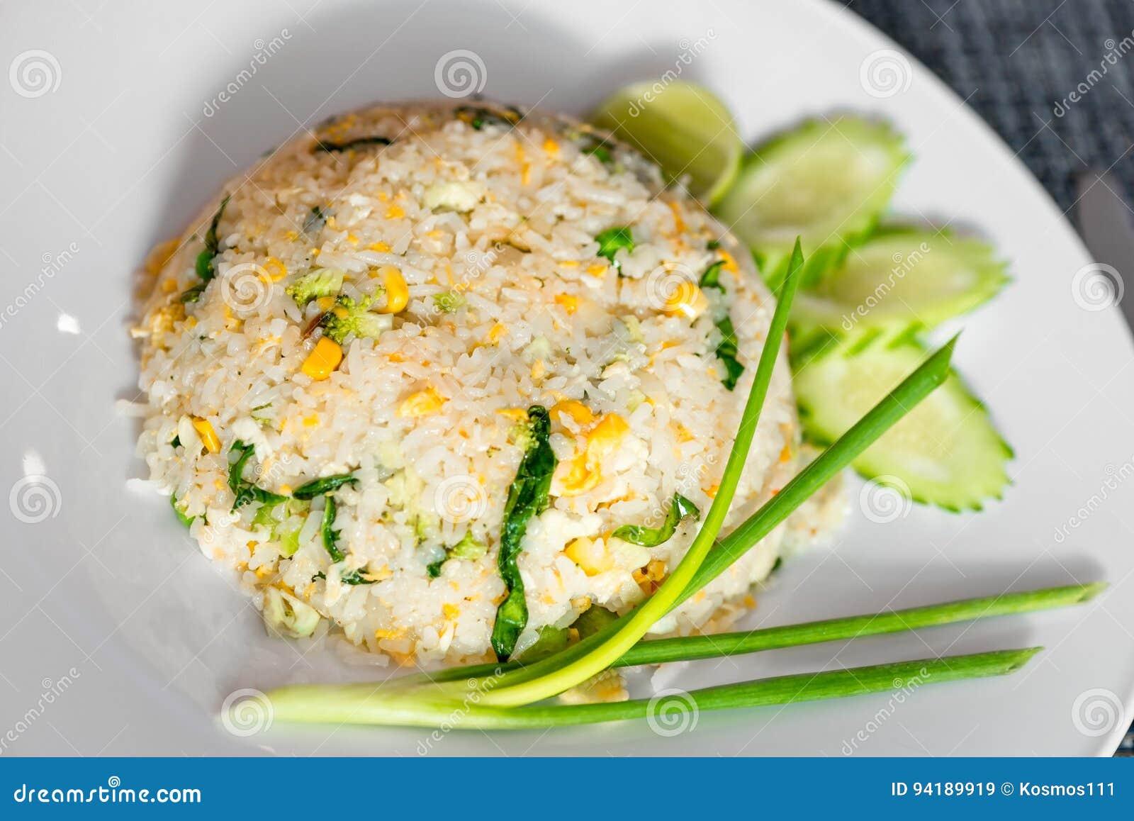Una Porción De Arroz Cocinó En Una Receta Tailandesa Con Las Verduras