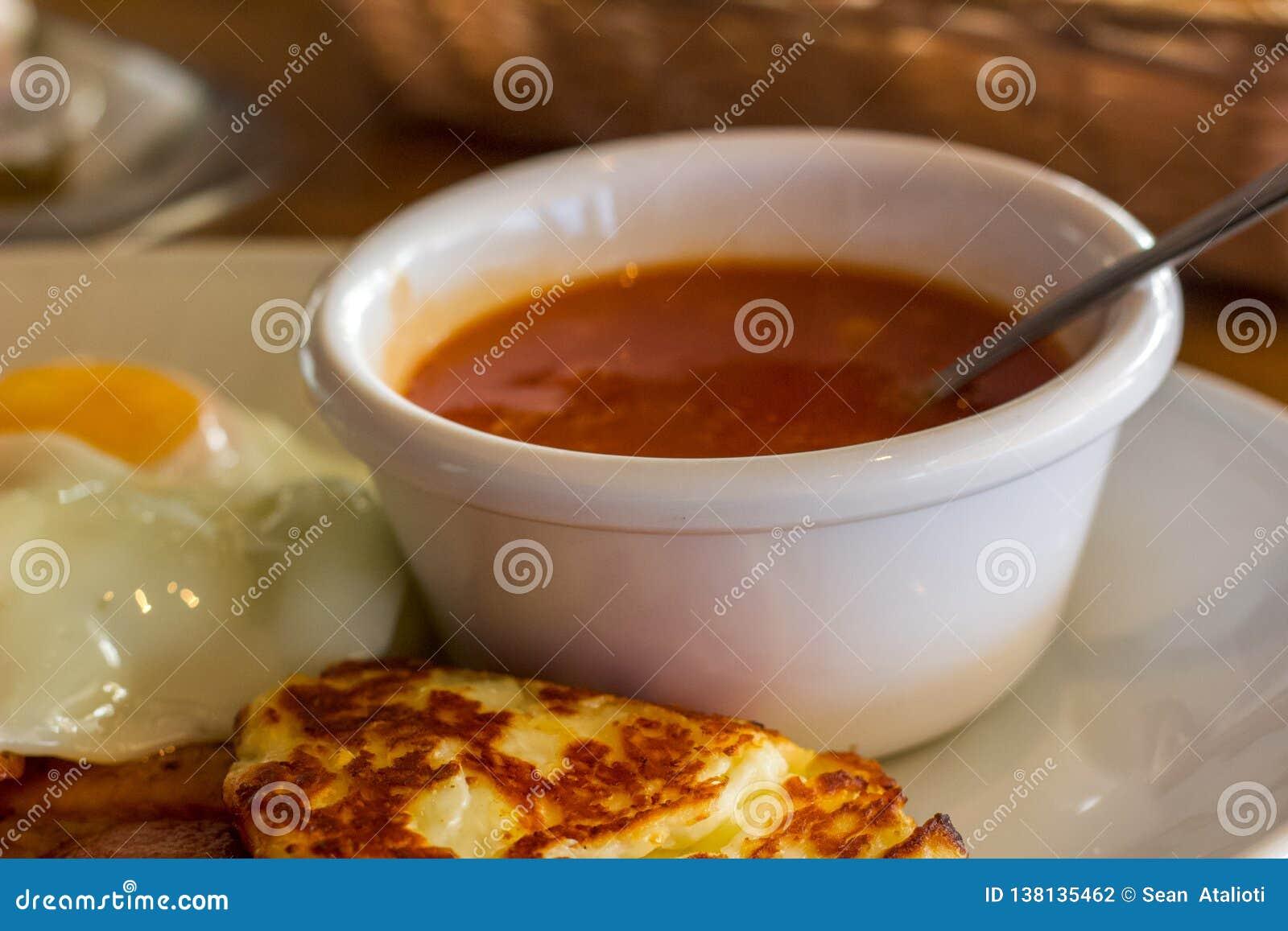 Una porción de habas y de queso de Hallumi, un desayuno lleno Bake mientras que el día de fiesta para las aventuras del día