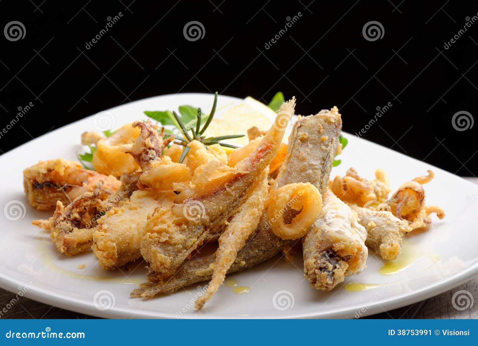 Una porción de pescados fritos mezclados