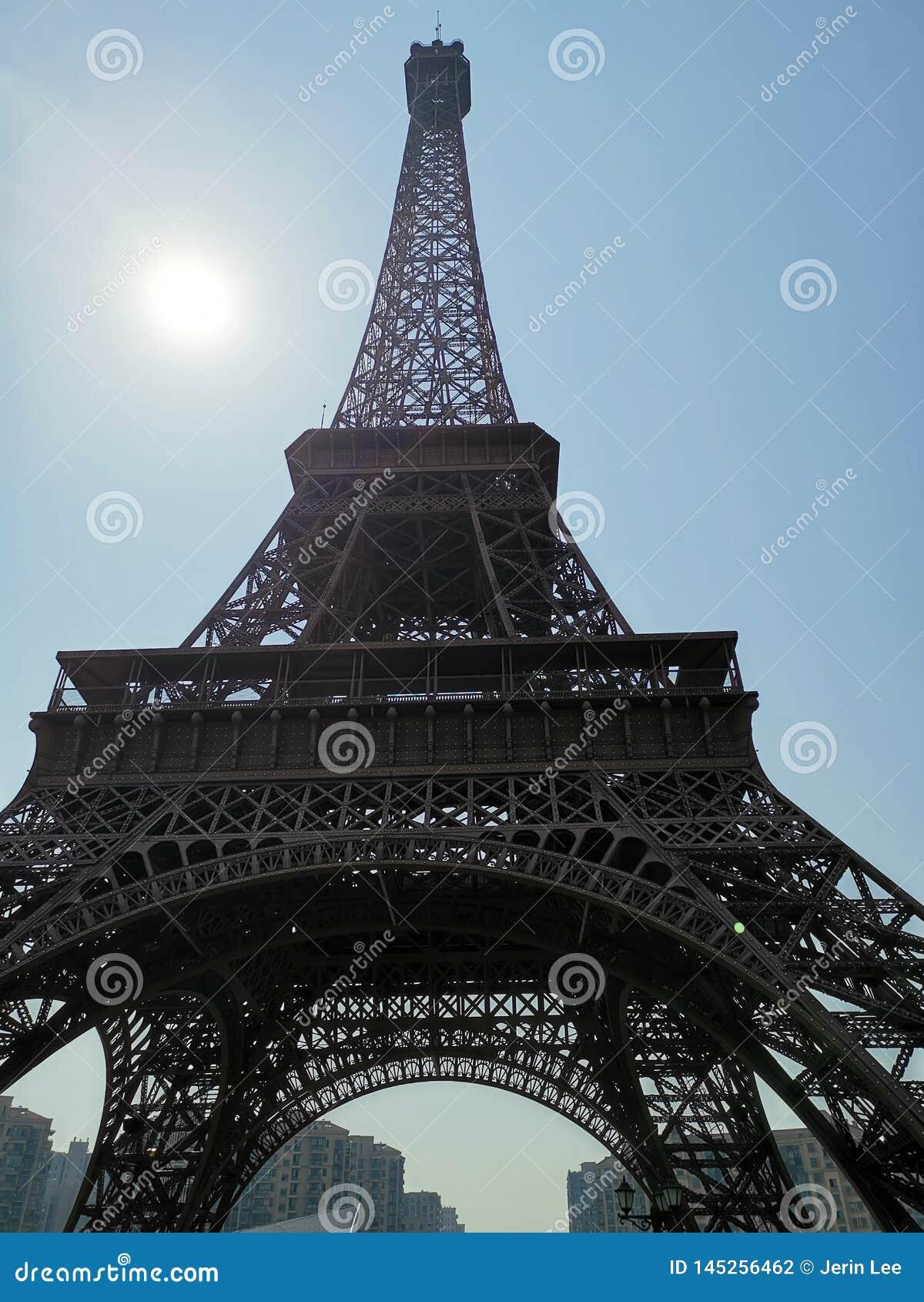 Una pseudo torre Eiffel nel parco di Guangdu