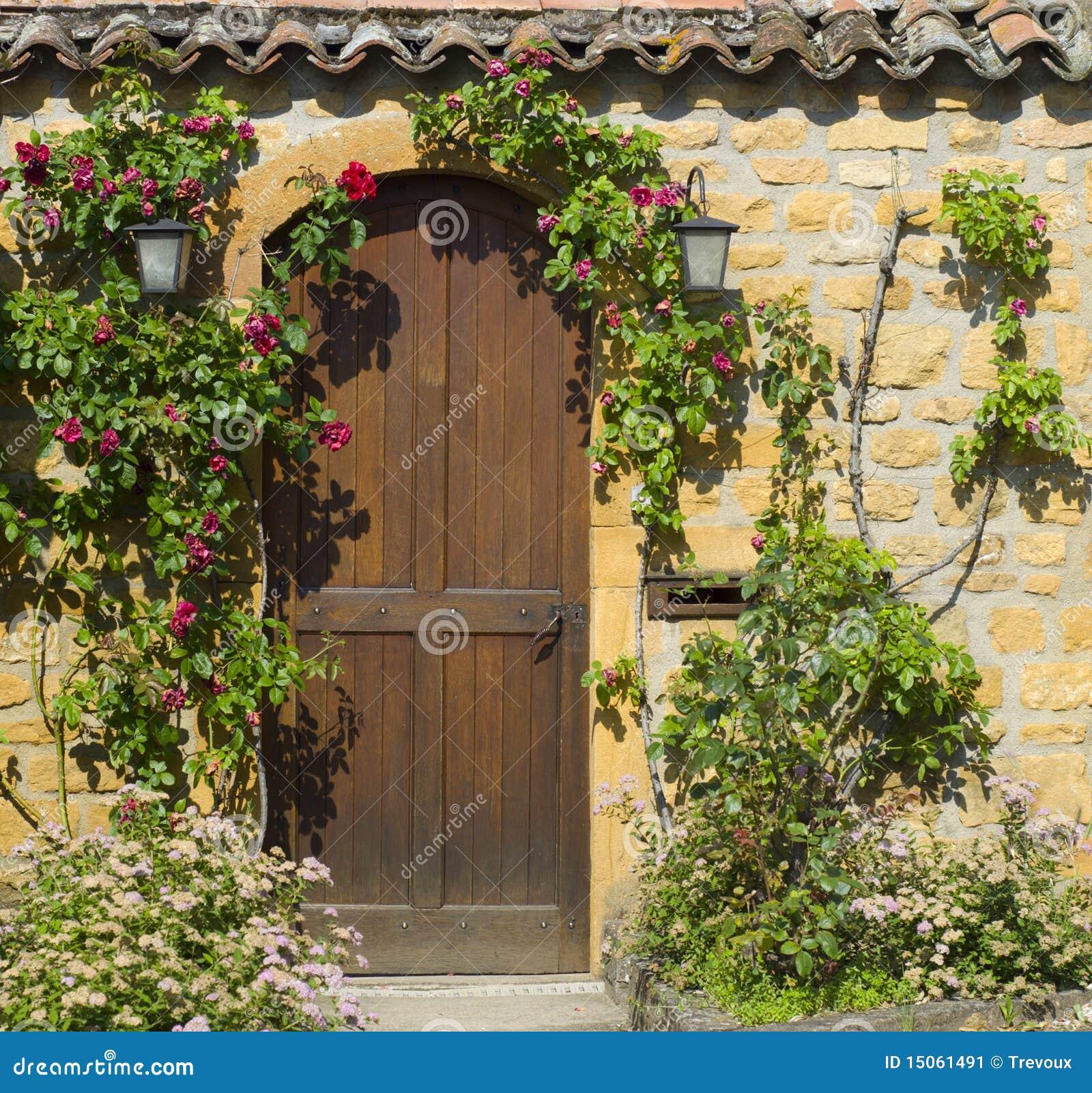 Una puerta principal de madera en la casa de piedra for Puertas para casas antiguas