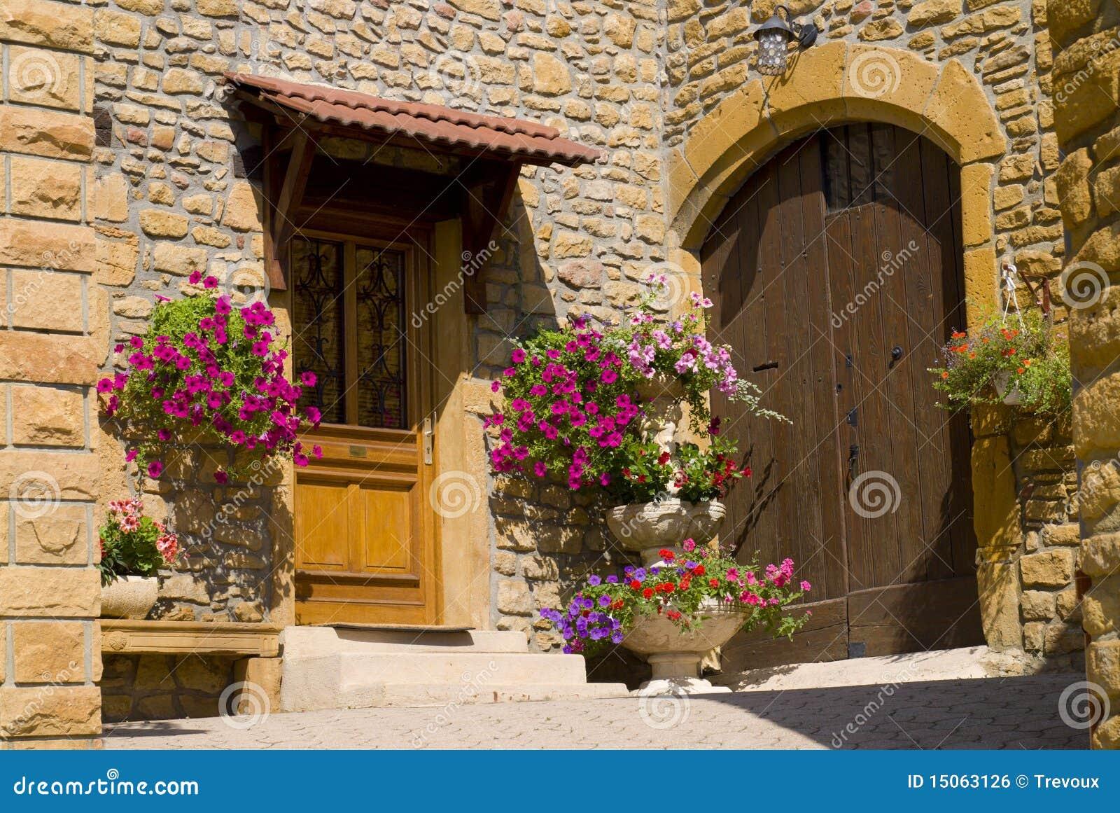 ms imgenes similares de puerta principal de madera de la casa de piedra vieja del ladrillo