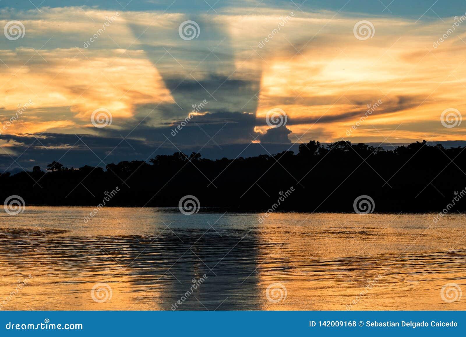 Una puesta del sol en el río de Javari