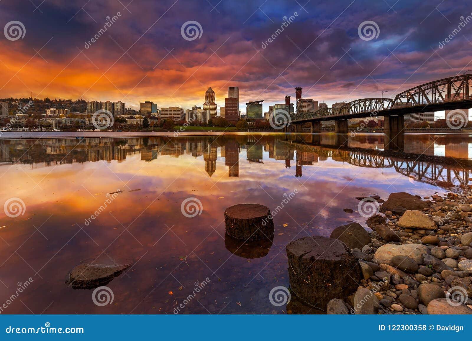 Una puesta del sol hermosa sobre la costa céntrica de Portland Oregon a lo largo del río de Willamette
