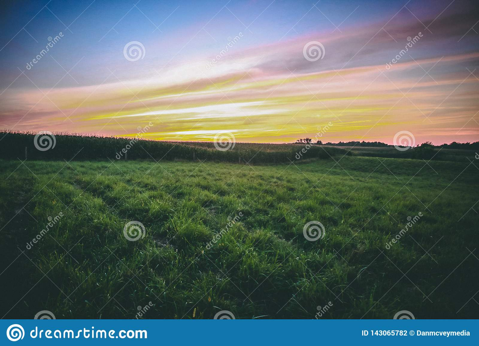 Una puesta del sol del verano de cercano oeste