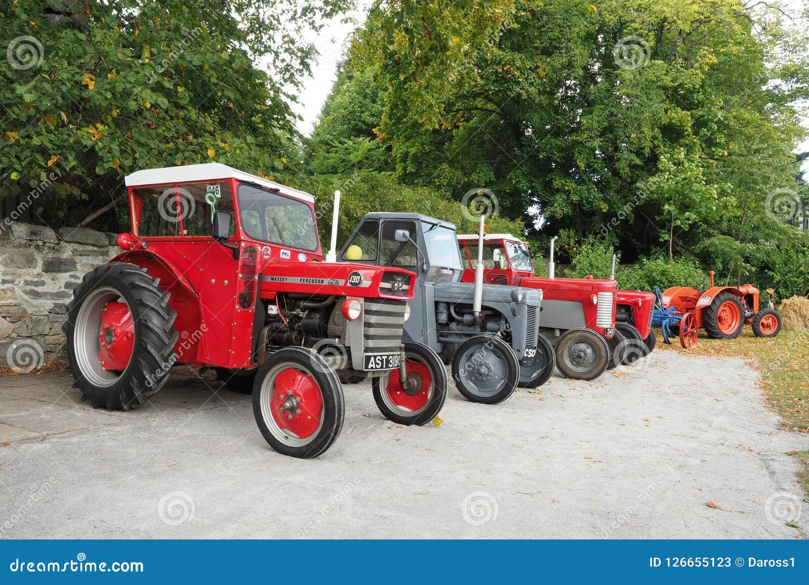 Una raccolta di quattro vecchi trattori di Massey Ferguson