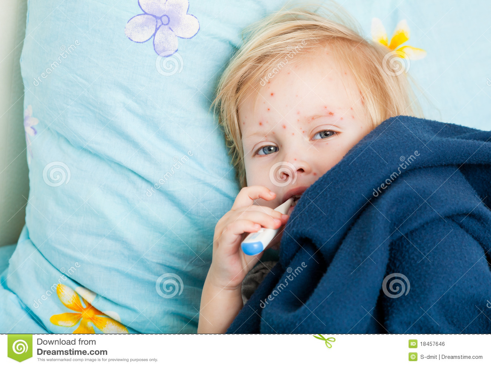 Una ragazza ammalata sta misurando la temperatura
