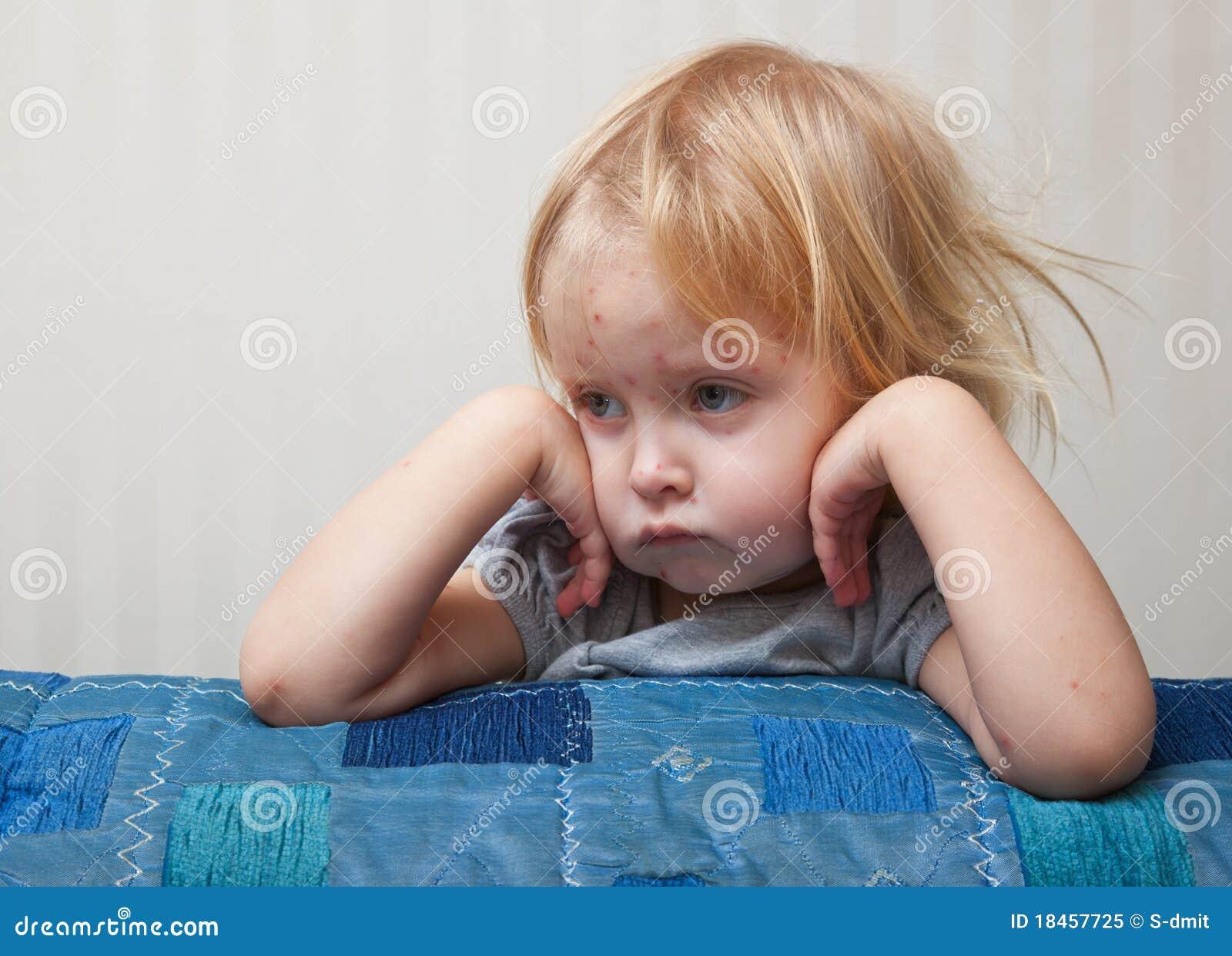 Una ragazza ammalata sta sedendosi vicino alla base