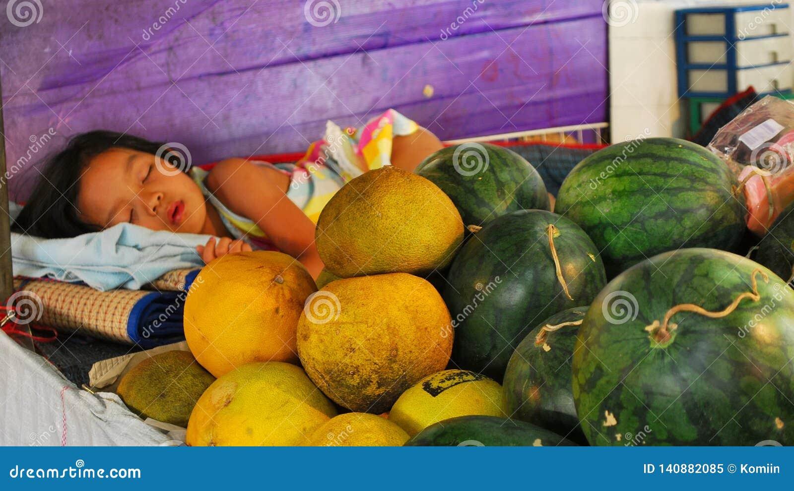 Una ragazza che dorme su un mercato thailand