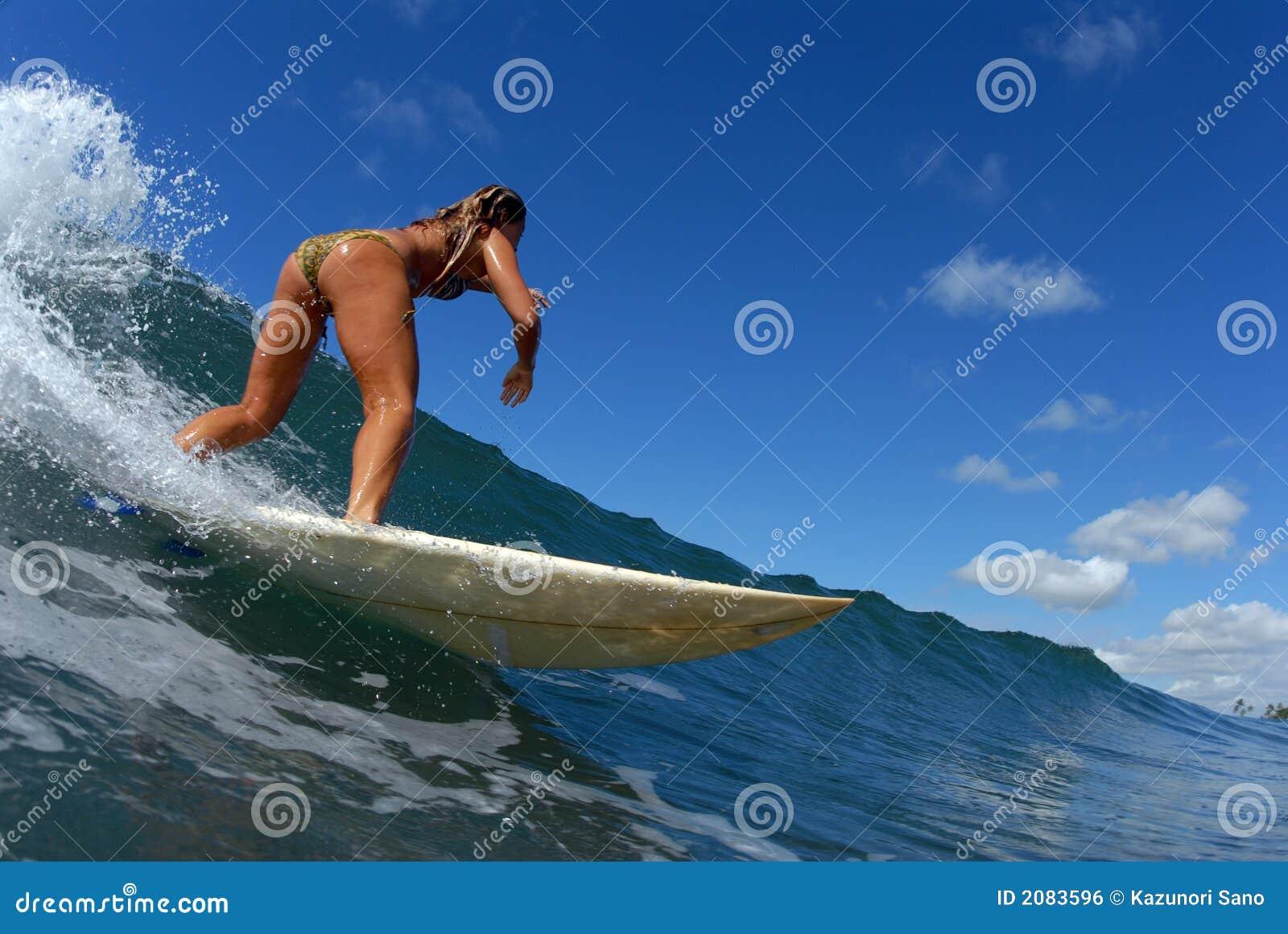 Una ragazza che pratica il surfing