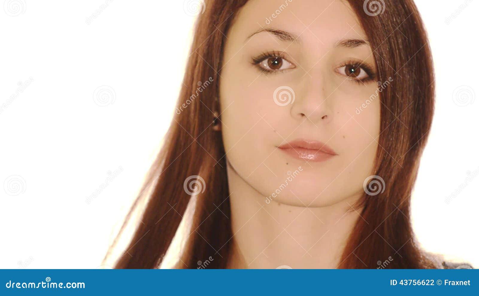 Una ragazza fa un ferro dei hairdress per un pelo video d archivio