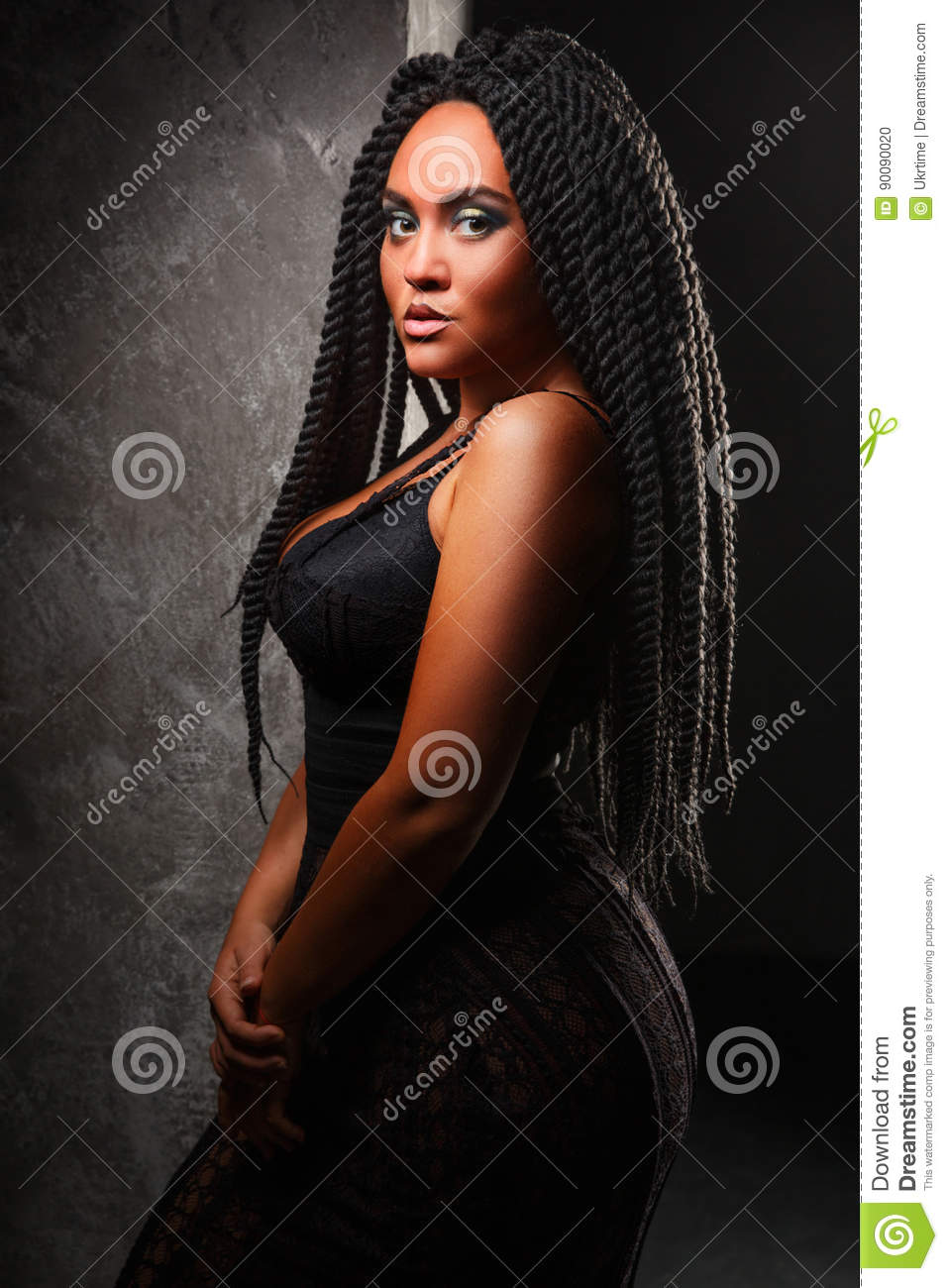 Una Ragazza In Un Corsetto Nero Acconciatura Alla Moda Dreadlocks