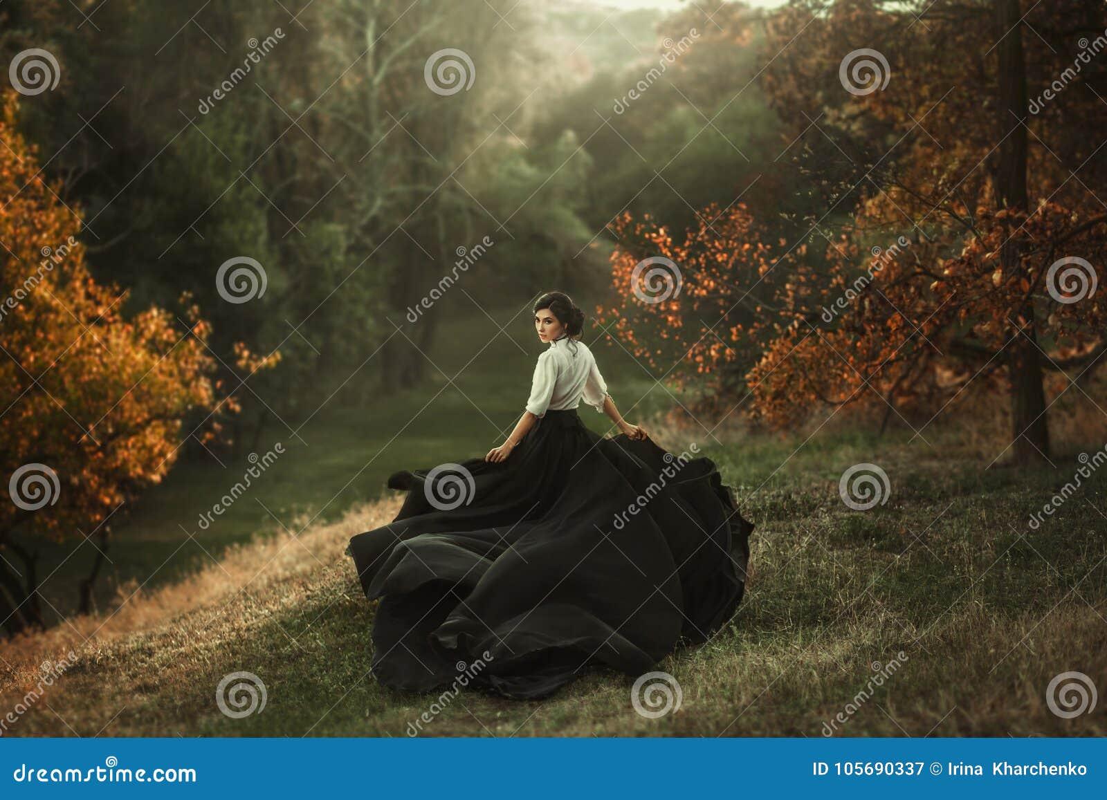 Una ragazza in un vestito d annata