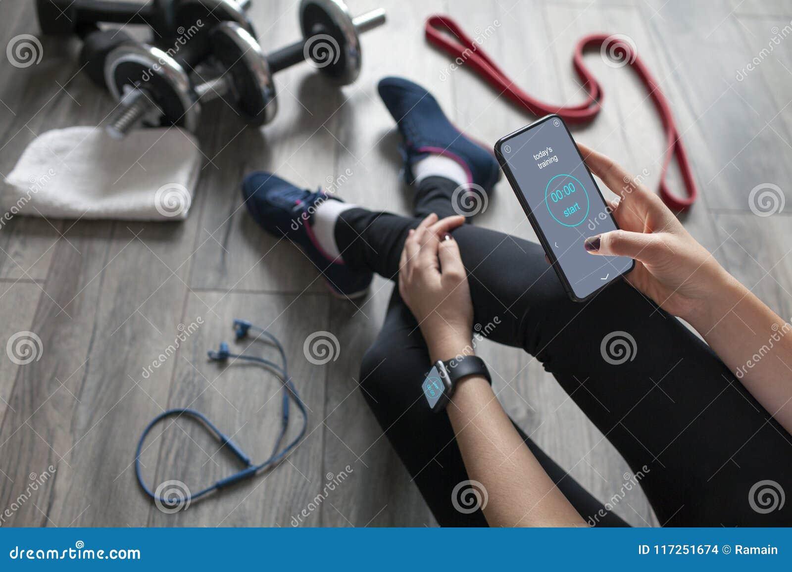 Una ragazza usa la forma fisica app