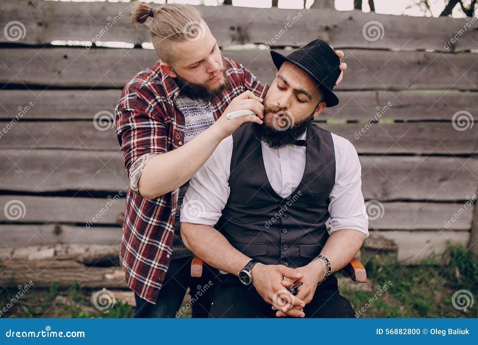 Una rasatura barbuta di due uomini