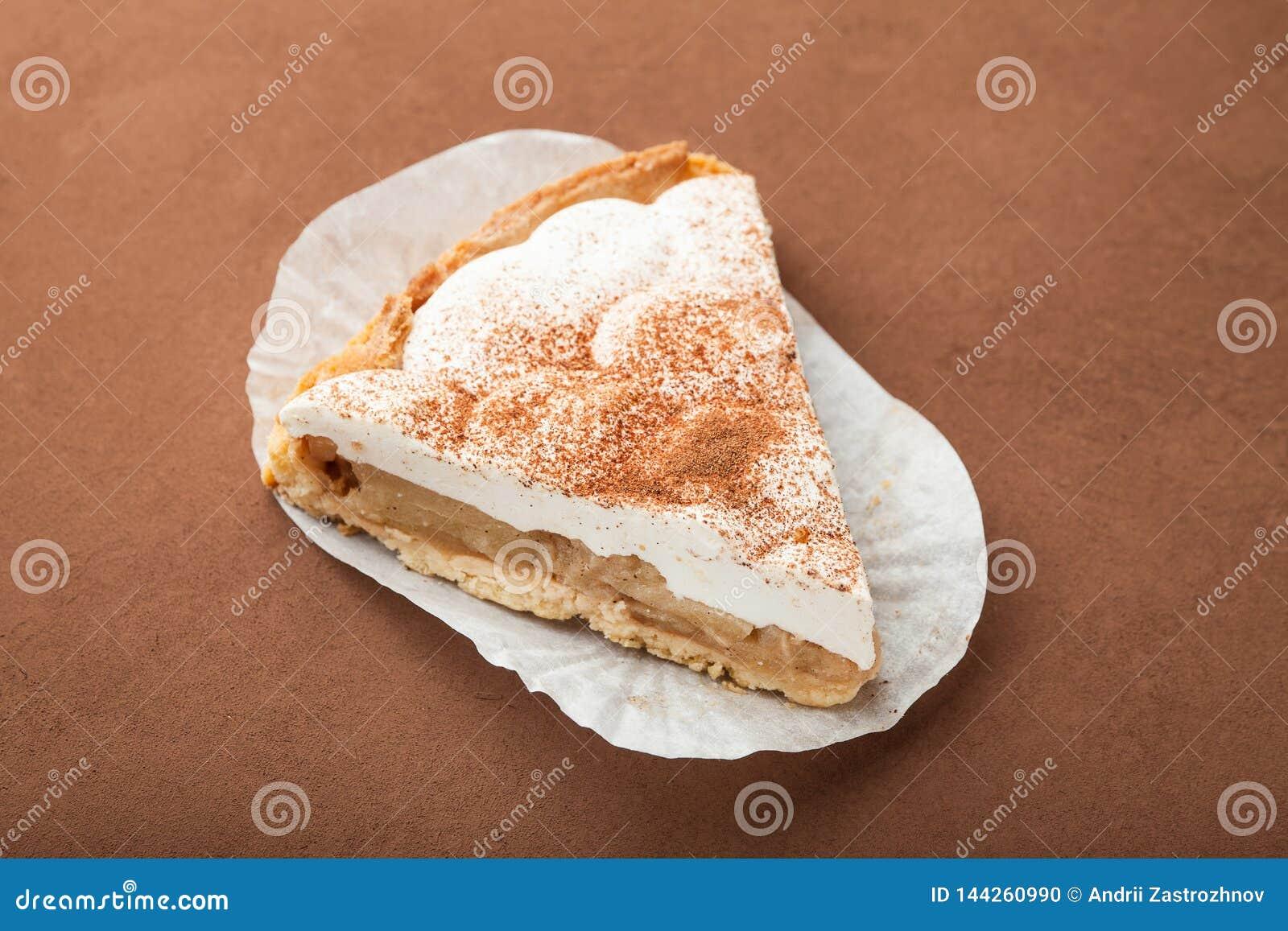 Una rebanada de empanada de manzana cocida fresca sabrosa con queso y crema