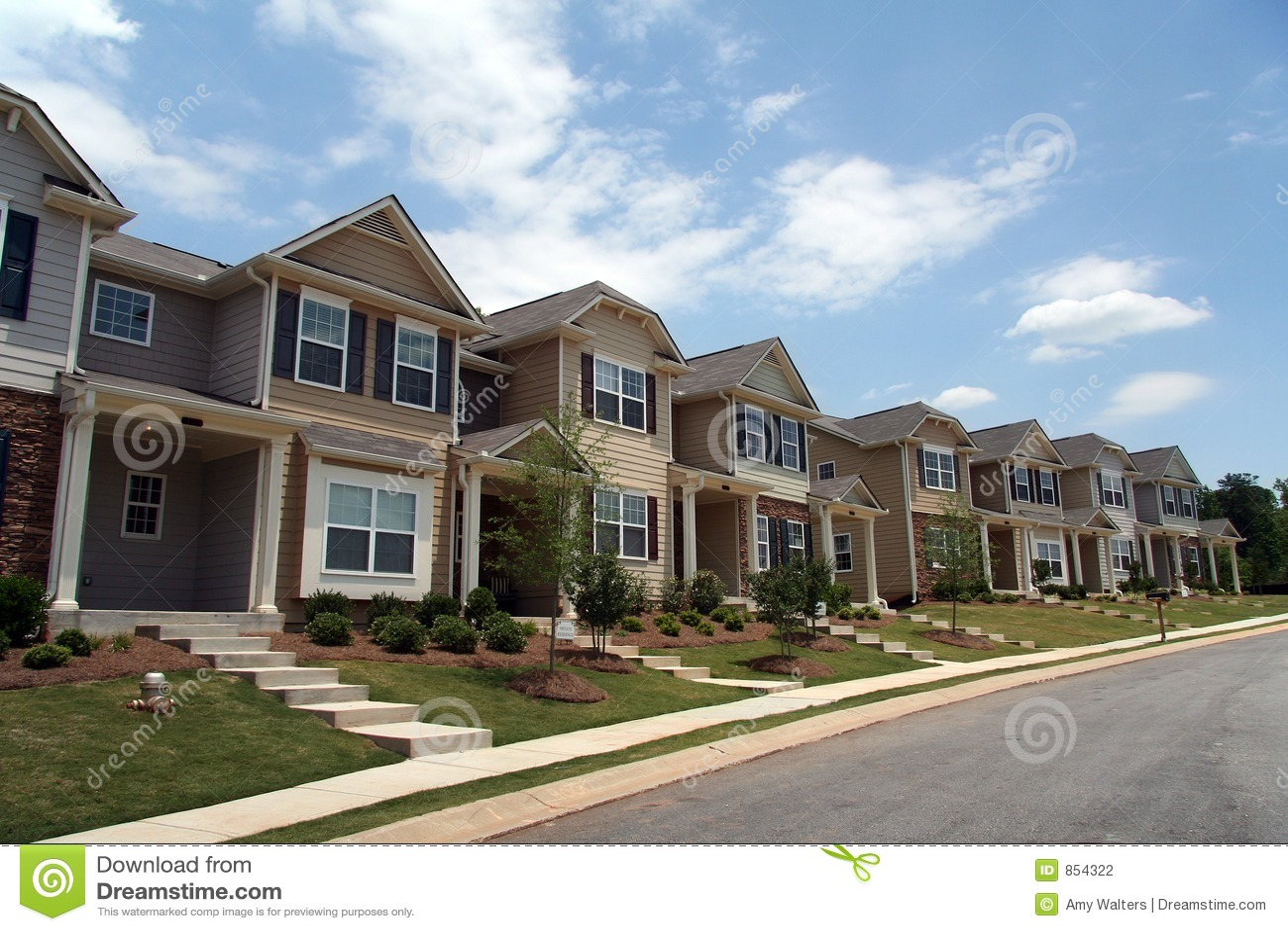 Una riga di nuovi case urbane o condomini fotografia stock for Nuovi piani di una casa a una storia