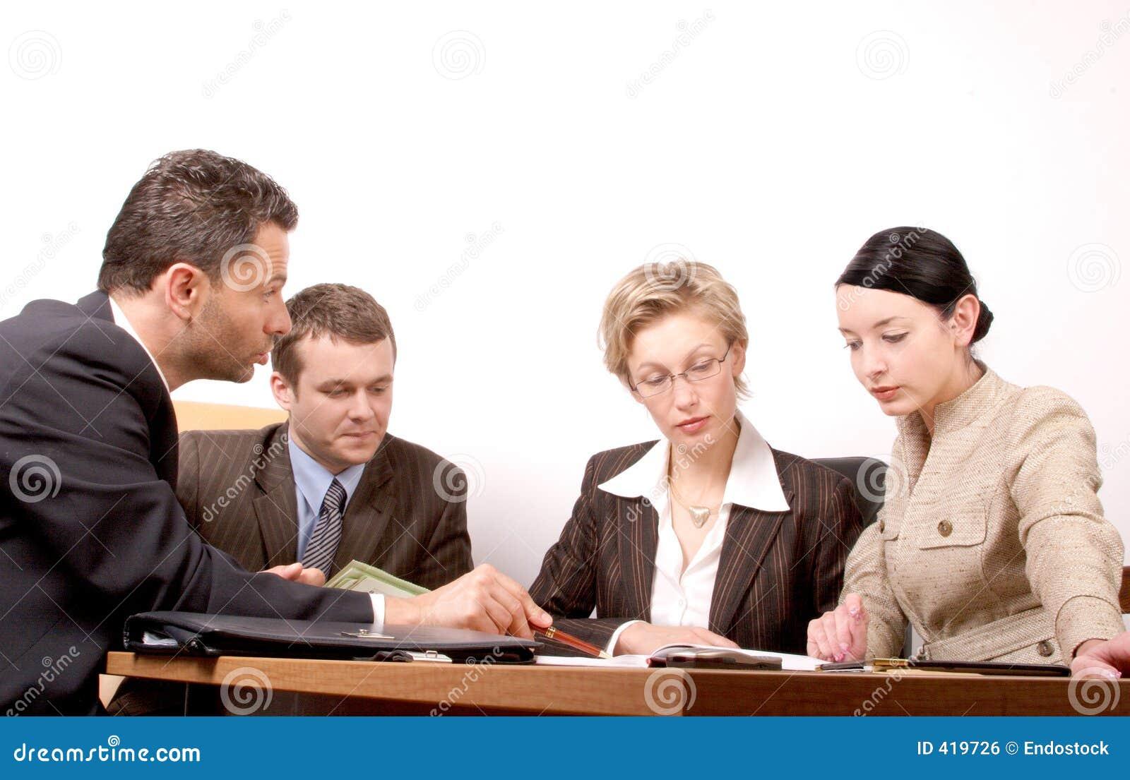 Una riunione di affari di 4 persone