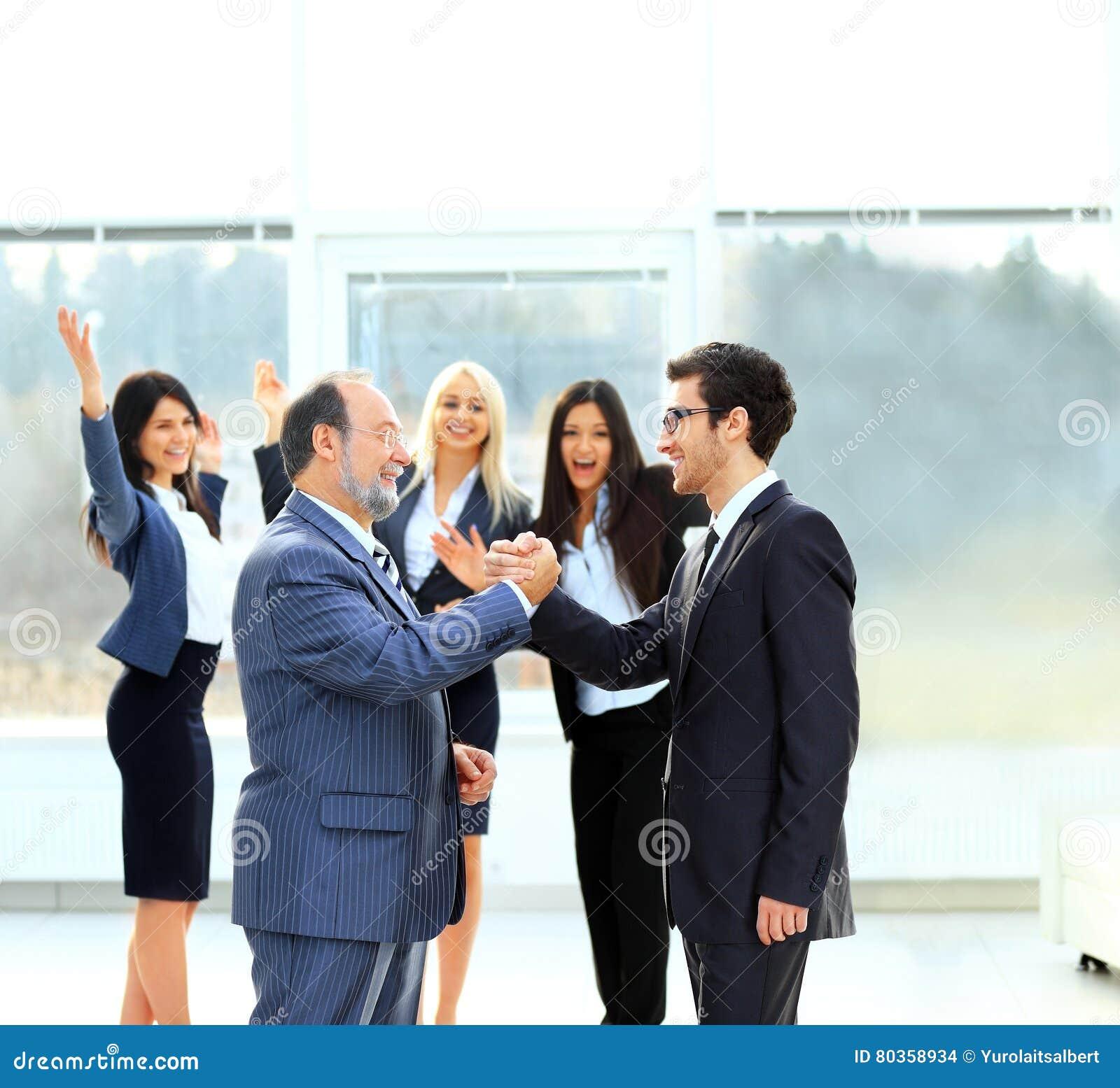 Una riunione di due soci commerciali alla presentazione
