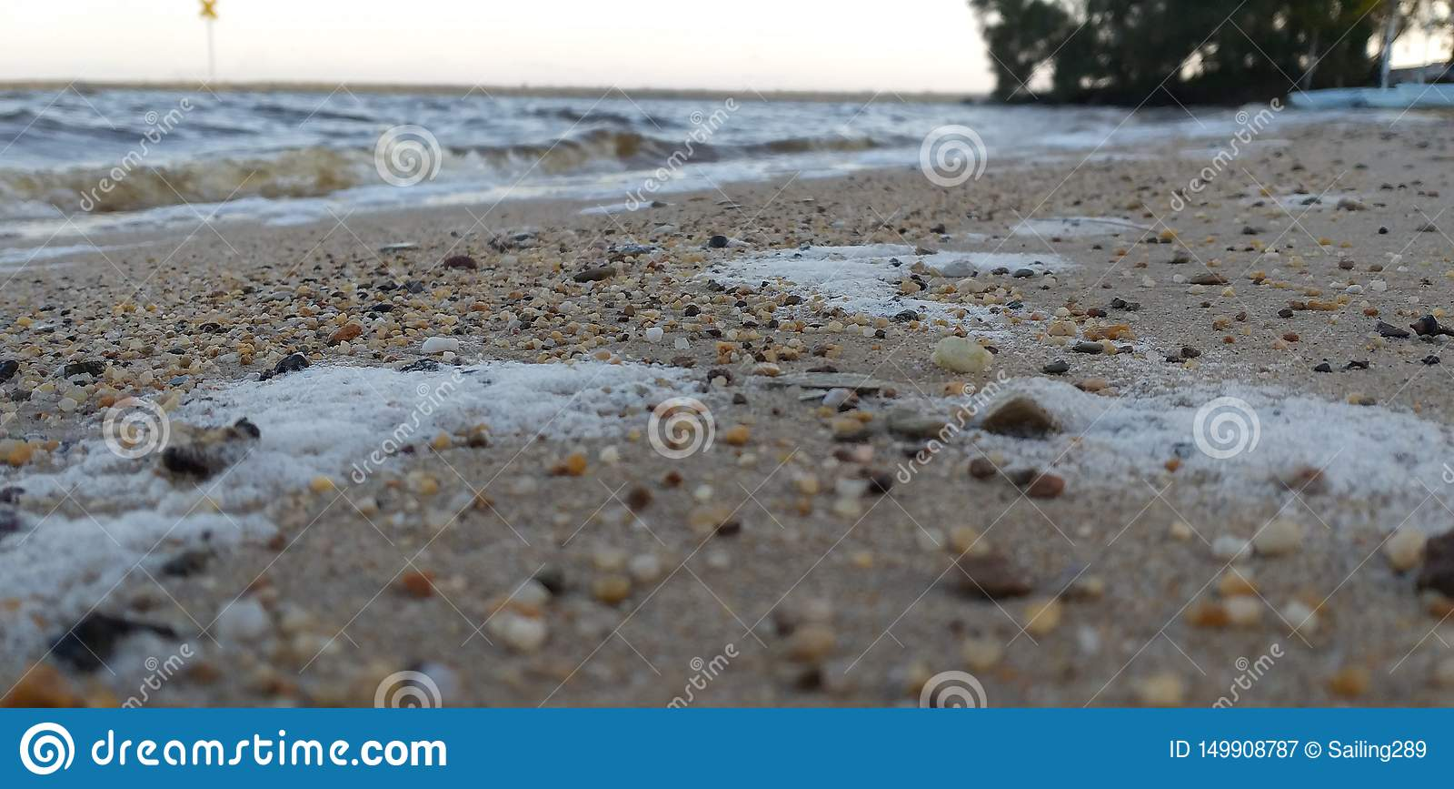 Una riva sassosa