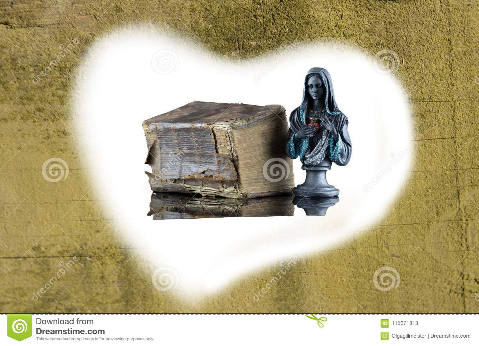 Una Sagrada Biblia histórica y una escultura de Madonna se incluyen cerca