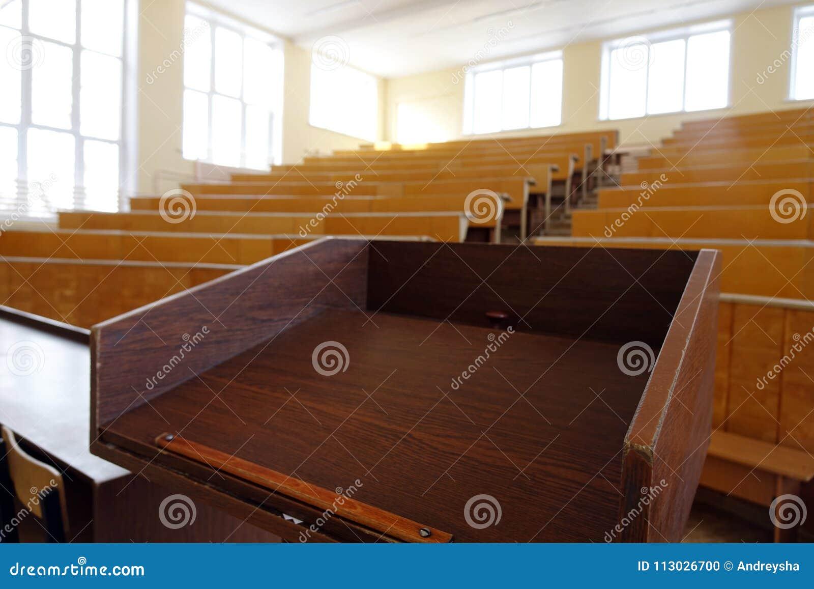 Una sala de clase sin los estudiantes