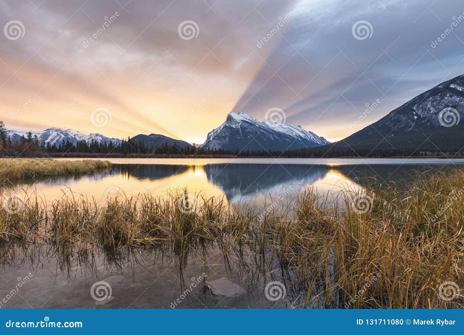 Una salida del sol impresionante sobre el Mt Rundle en parque nacional de los lagos bermellones, Banff, Alberta, Canadá