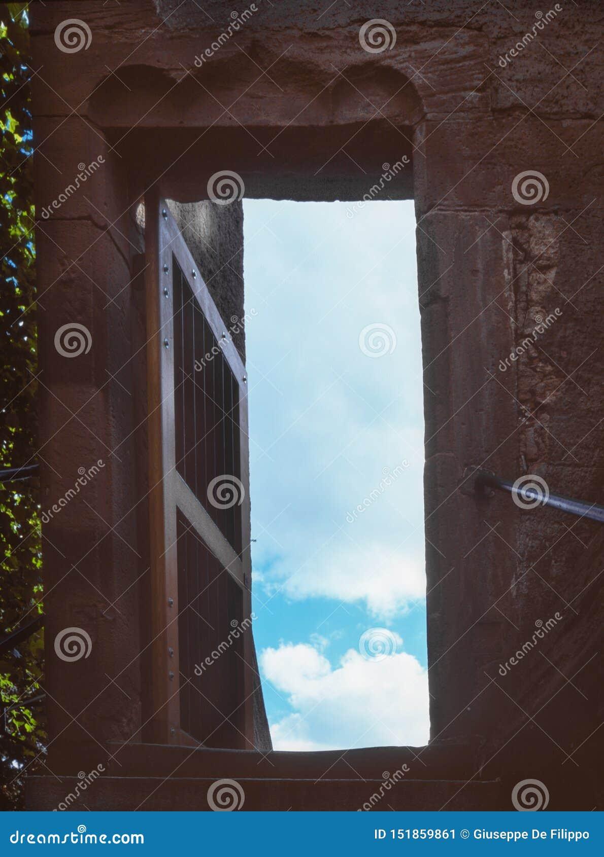 Una scala e una porta a cielo a Basilea, Svizzera