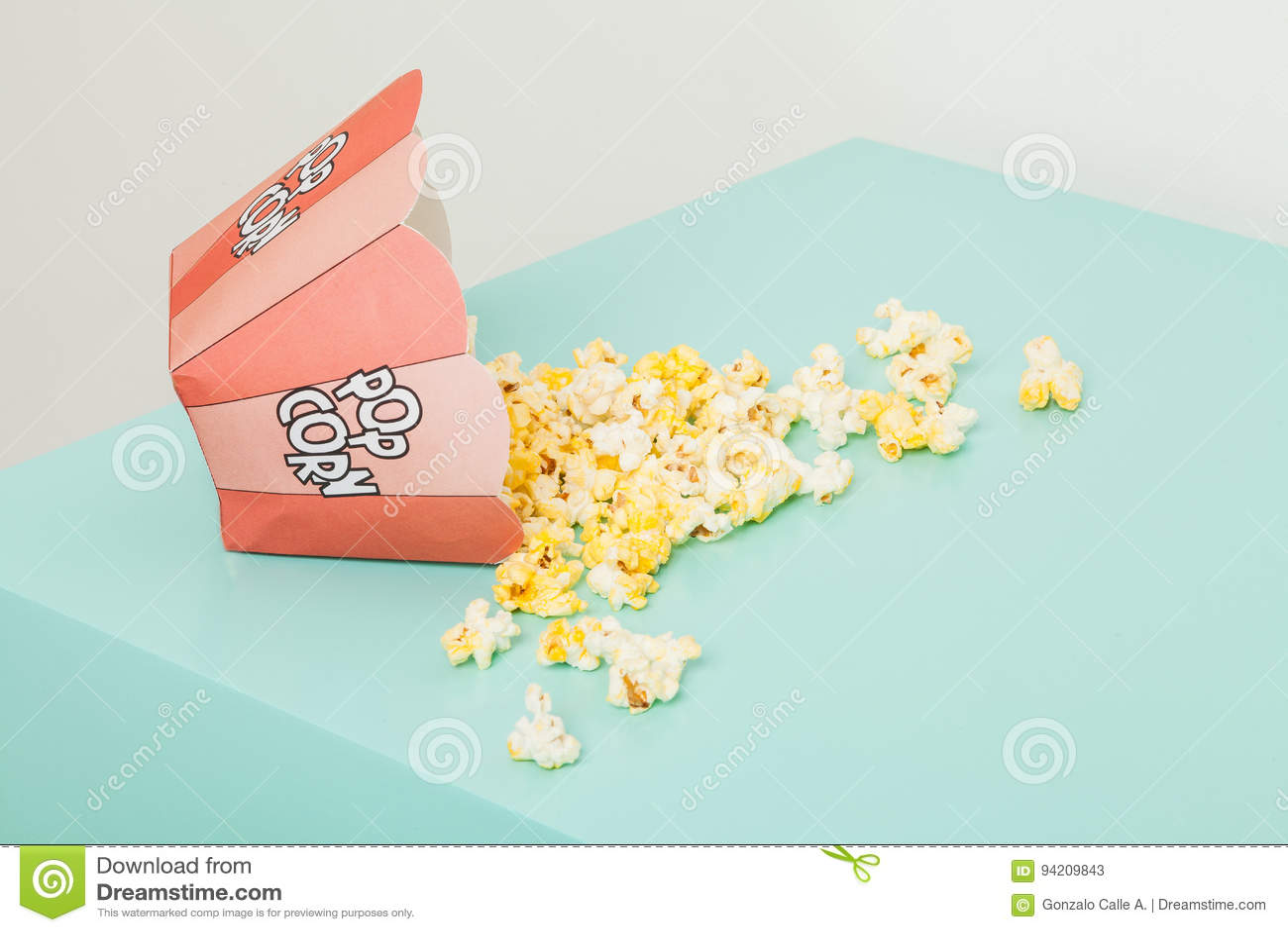 Una scatola di due colori con popcorn