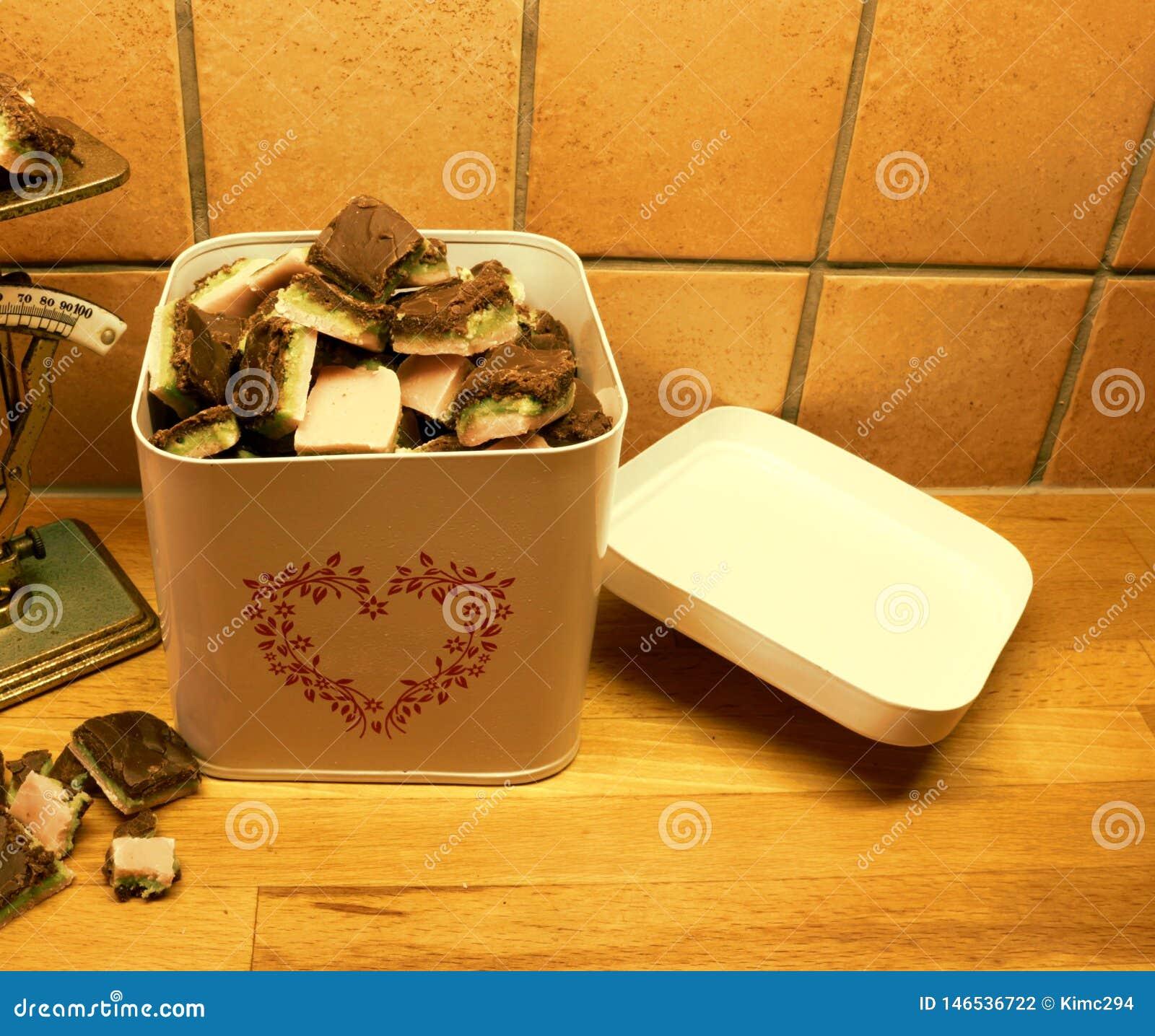 Una scatola metallica riempita troppo con la caramella casalinga di Natale