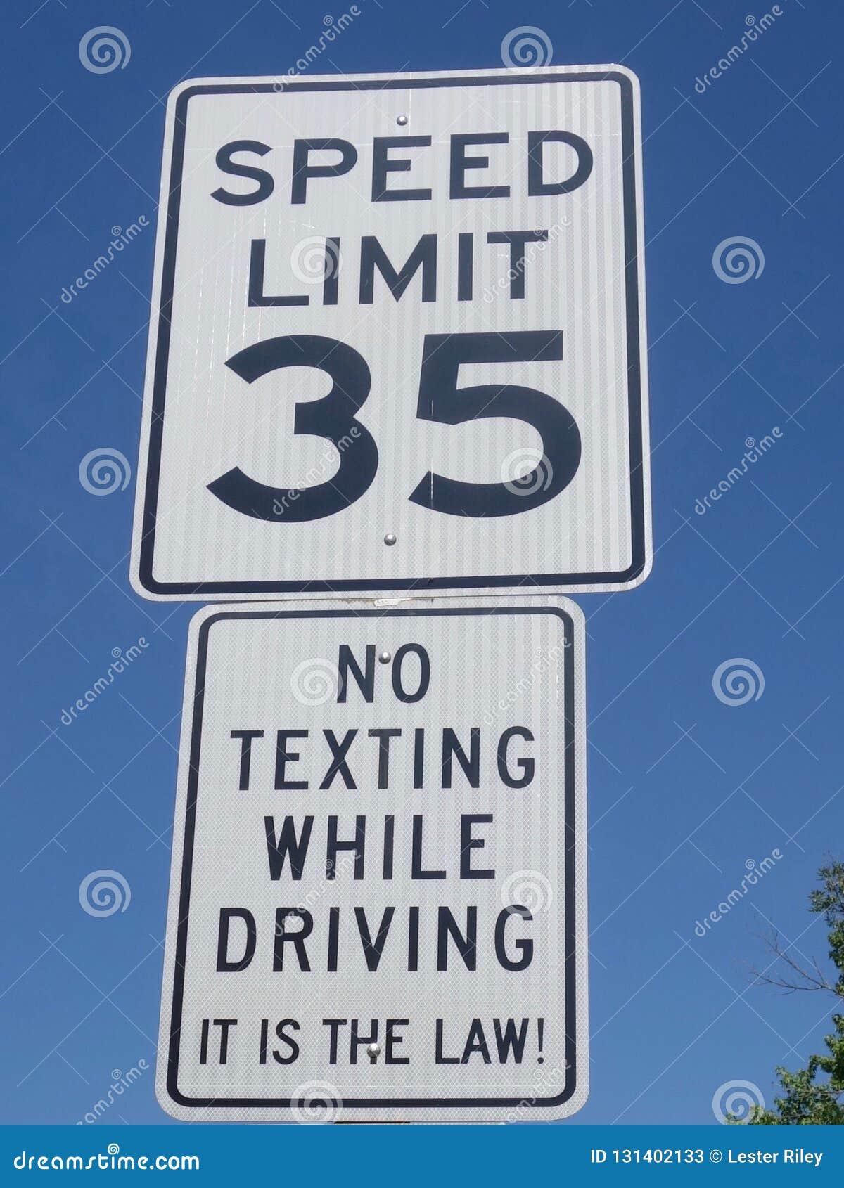 Una señal de tráfico que muestra una instrucción que no indica ningún mandar un SMS mientras que conduce