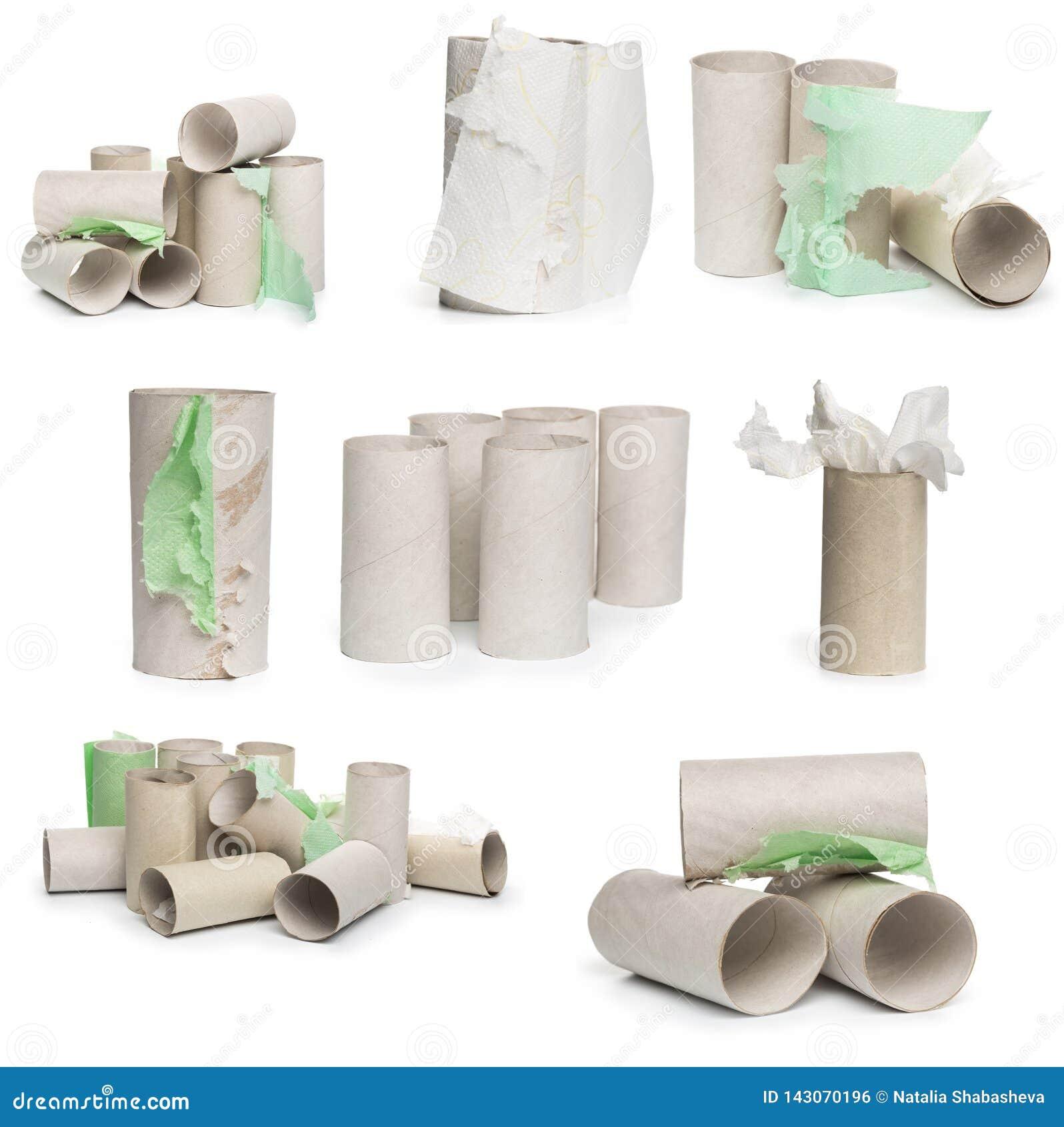 Una selección de tubos del papel higiénico de la cartulina en diversos arreglos aislados en un fondo blanco