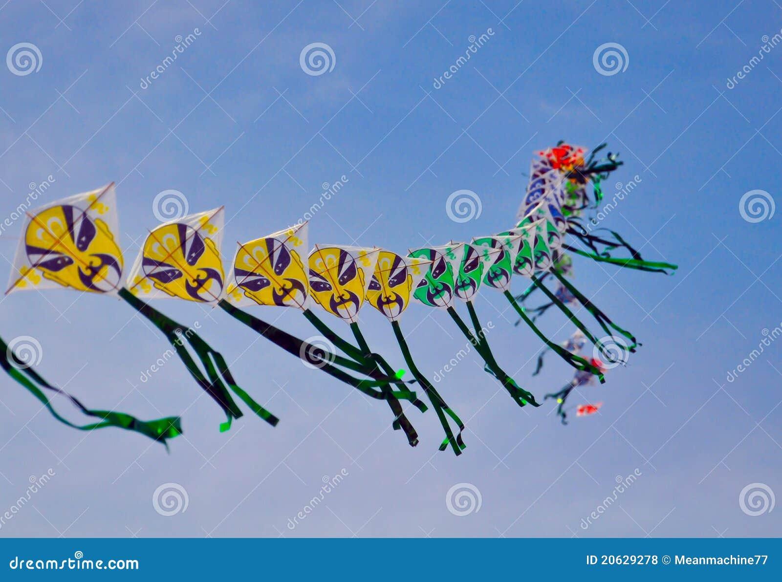 Una serie di cervi volanti cinesi variopinti prima di cielo blu