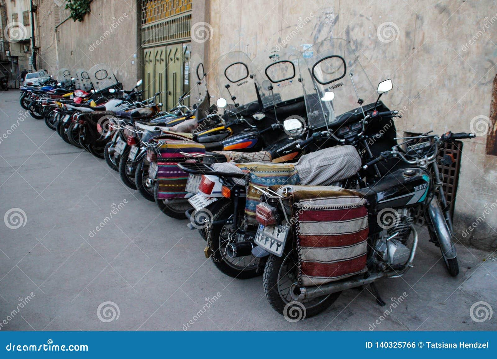 Una serie di motocicli con le borse
