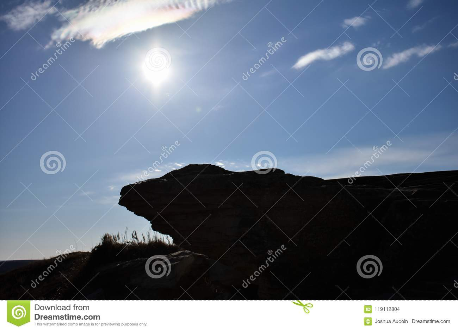 Una silueta de un pequeño borde del acantilado asoma sobre una trayectoria de la naturaleza