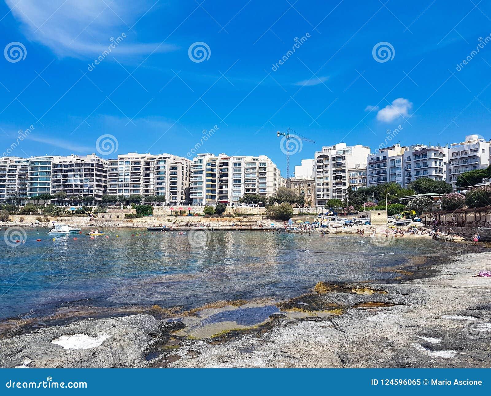 Una spiaggia rocciosa a Malta