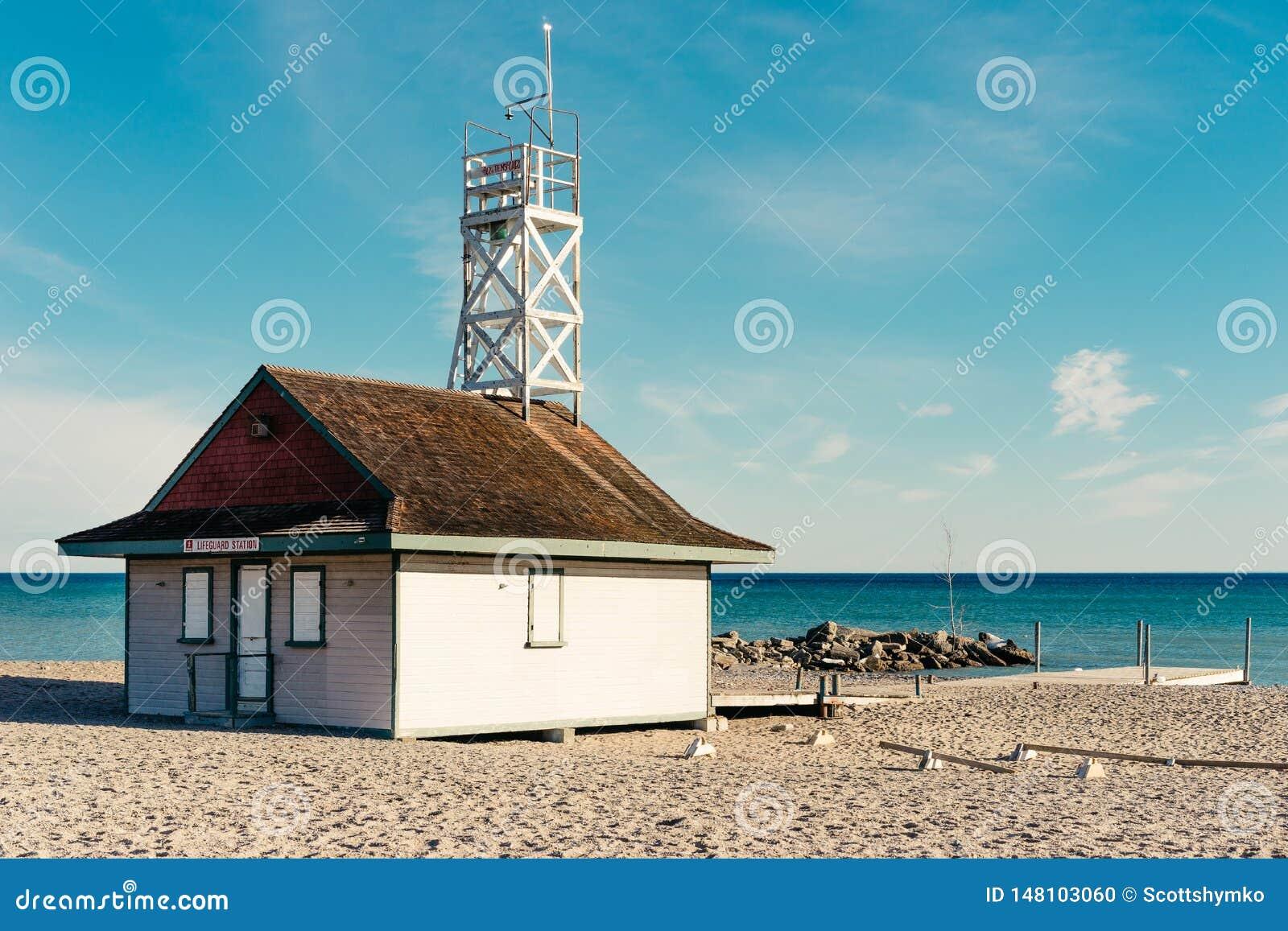 Una stazione del bagnino ad una spiaggia pubblica sul lago Ontario