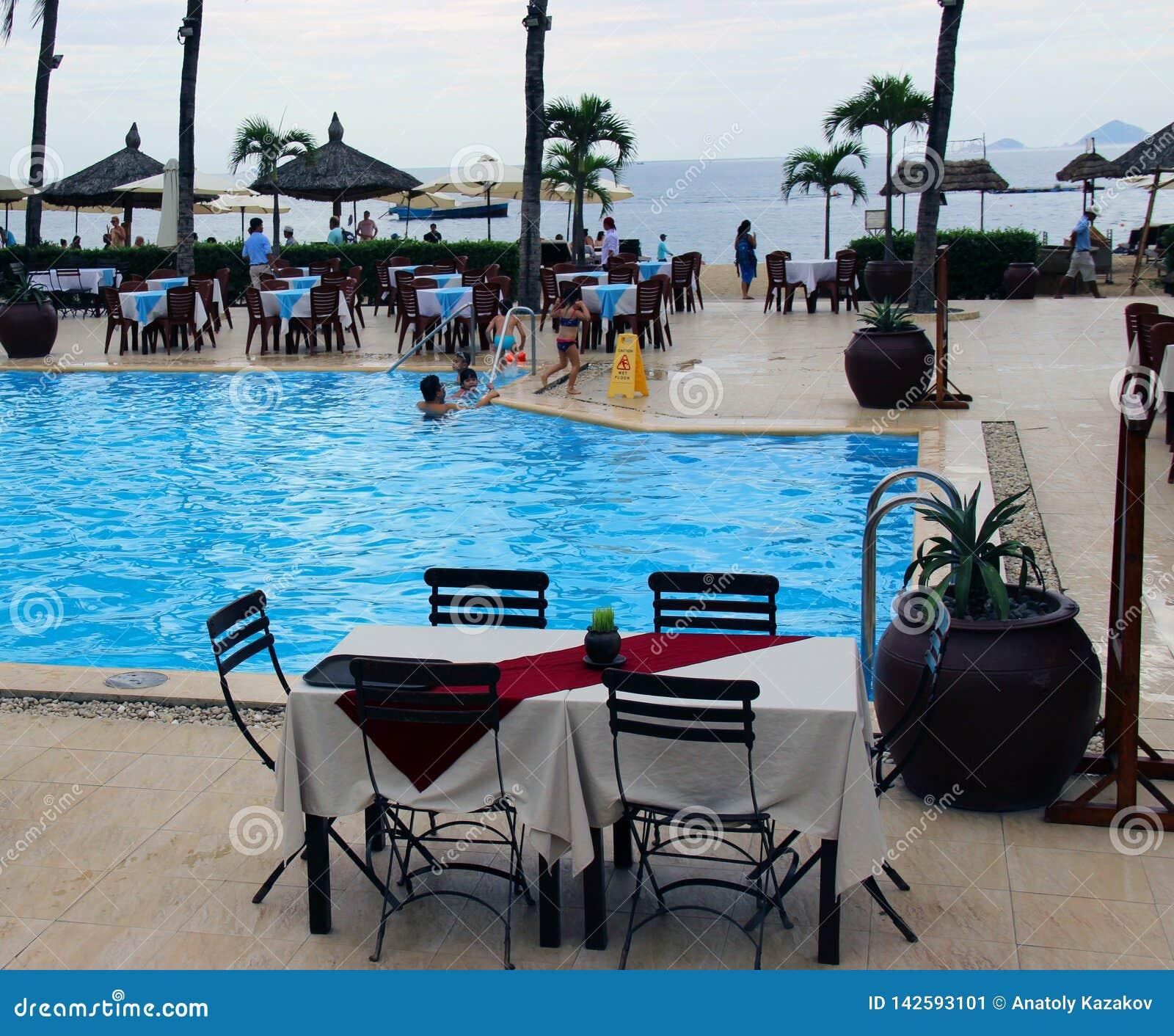 Una tabla vacía por la piscina