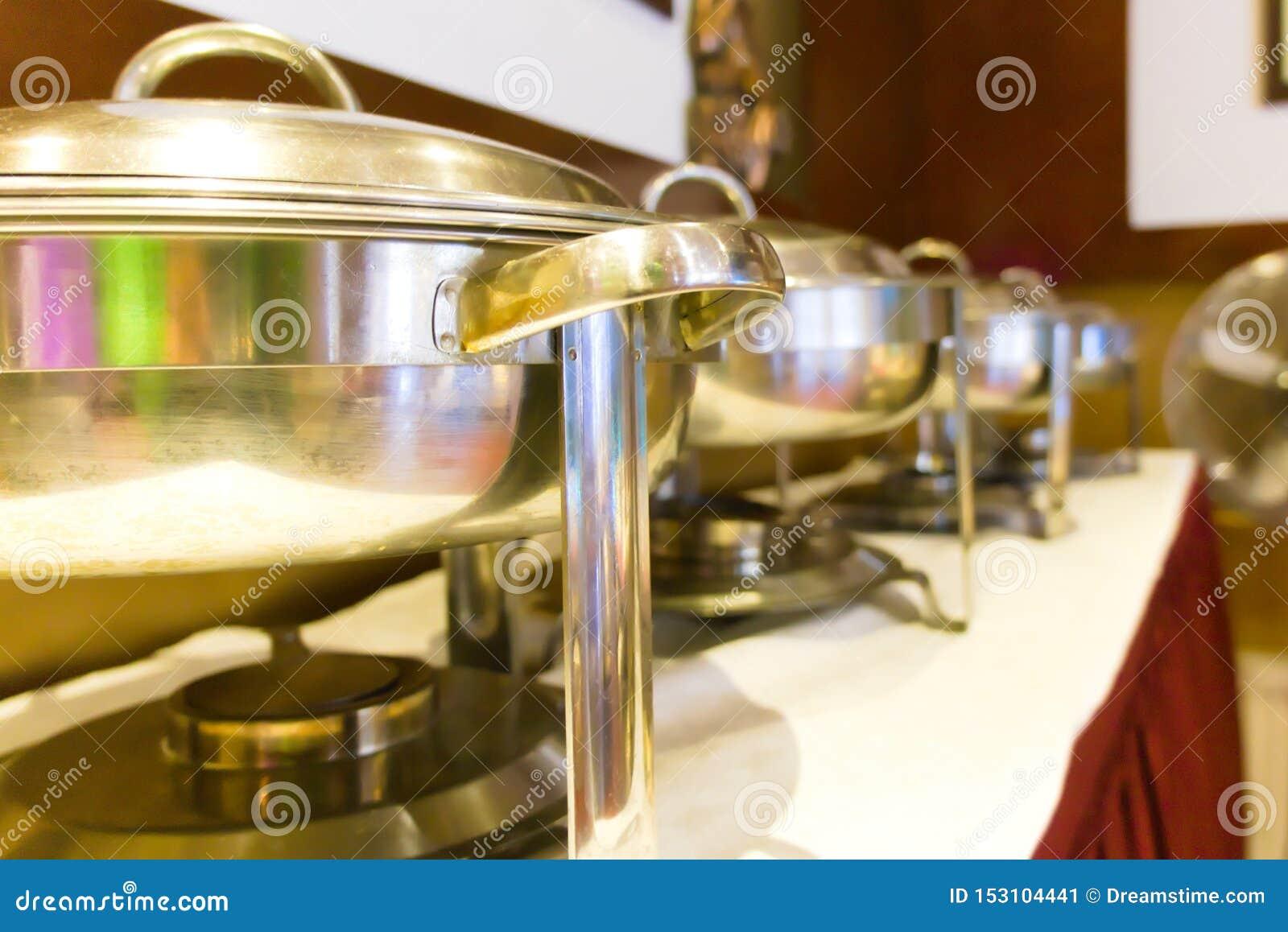 Una tavola di buffet installata ad un ristorante indonesiano