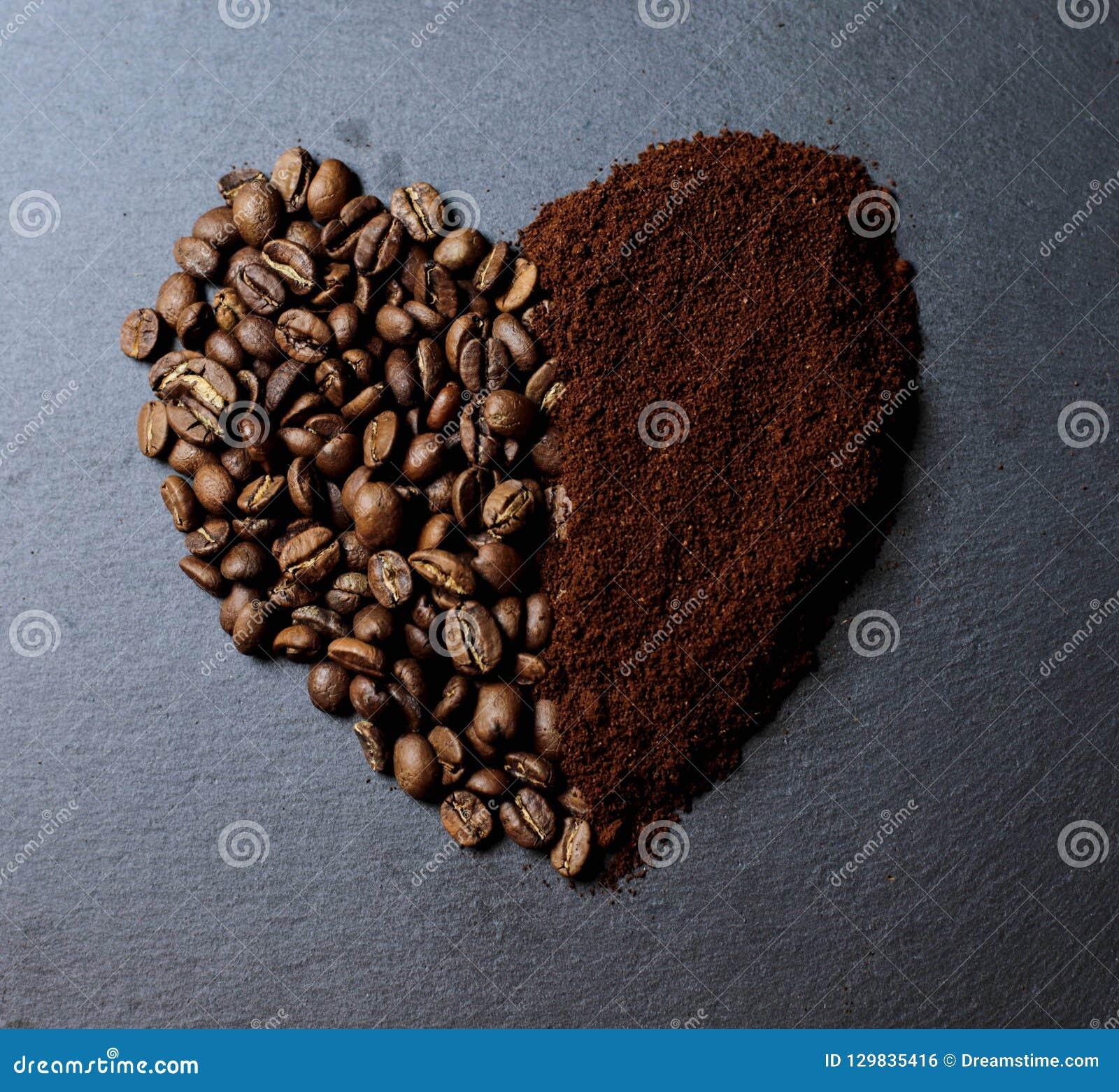 Una taza de café con un grano del café