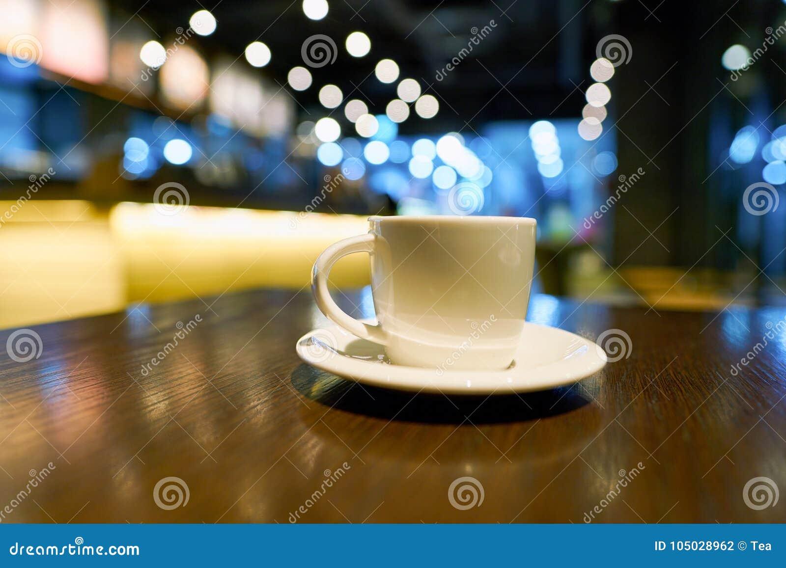 Una taza de café en una tabla en Starbucks