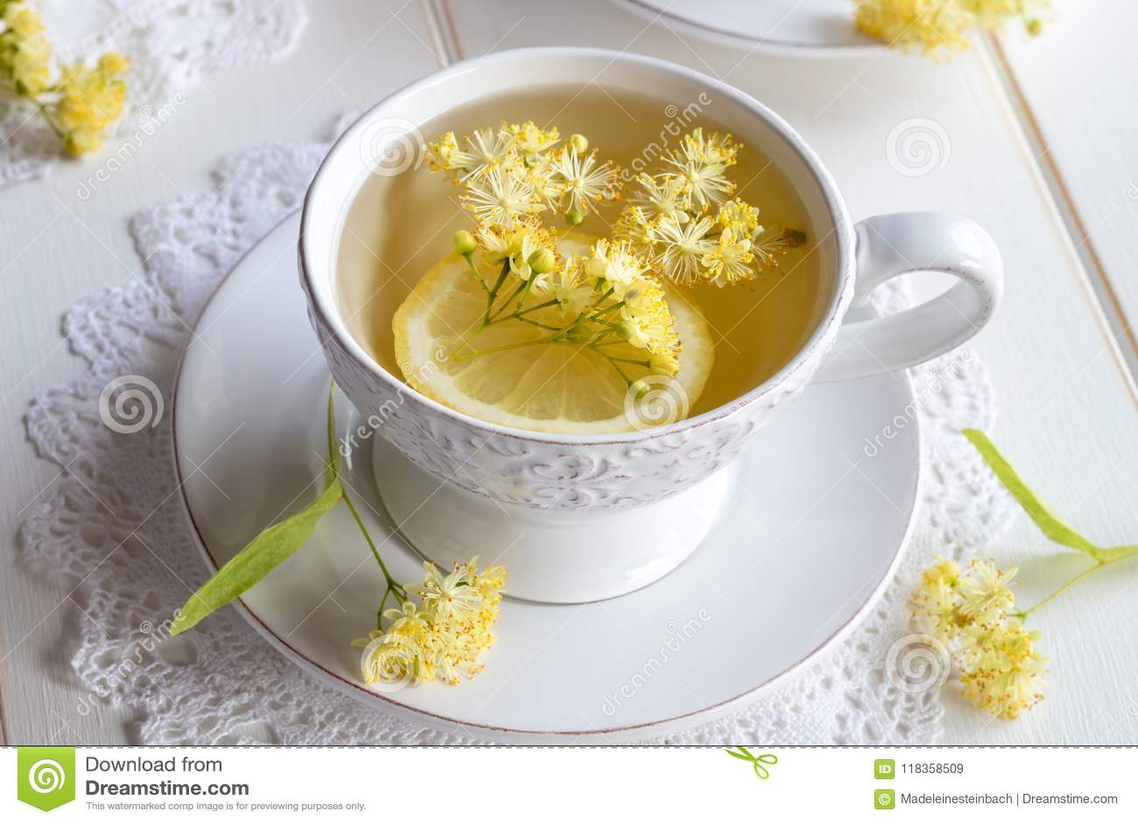 Una taza de infusión de hierbas con las flores del tilo