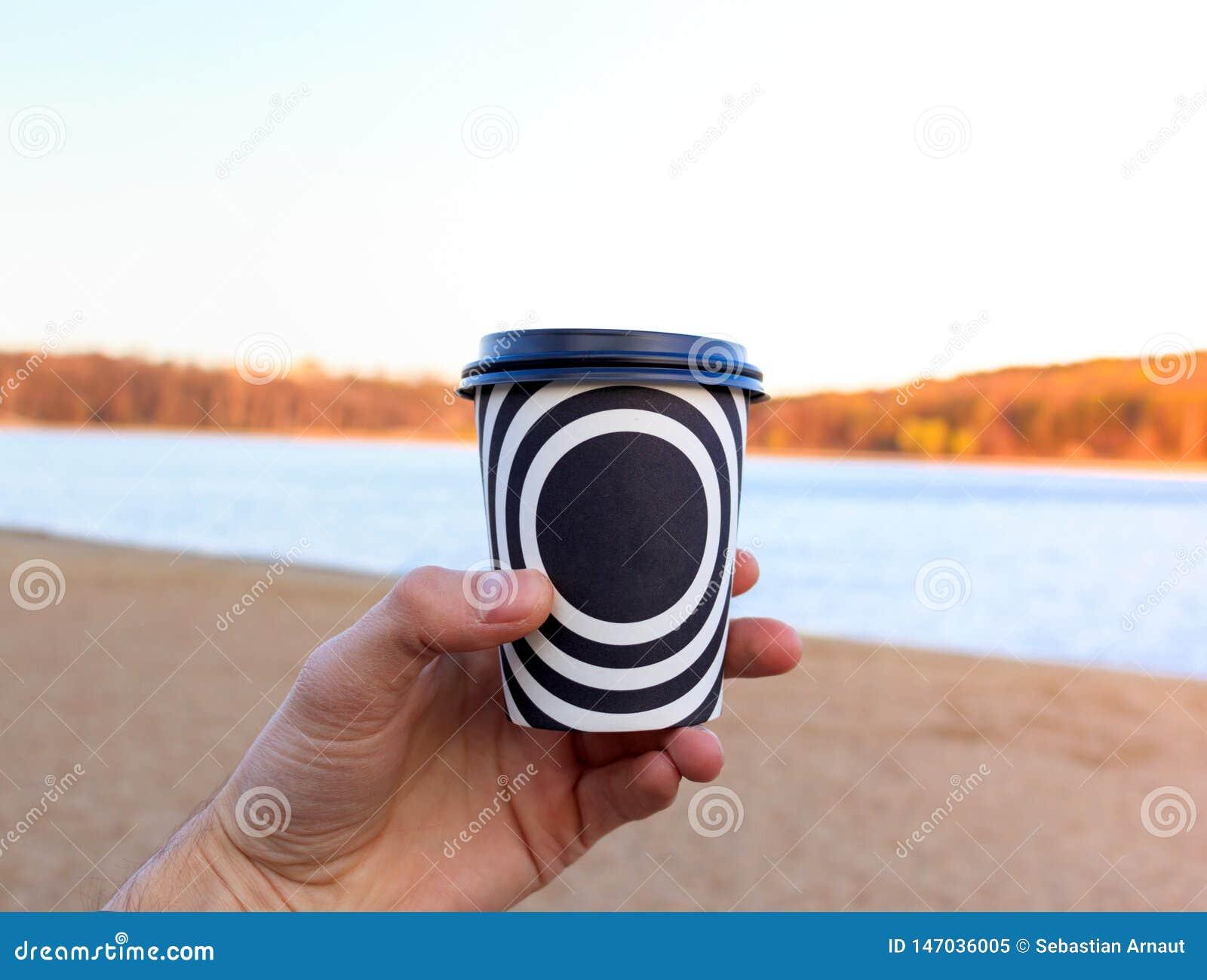 Una taza plástica con café