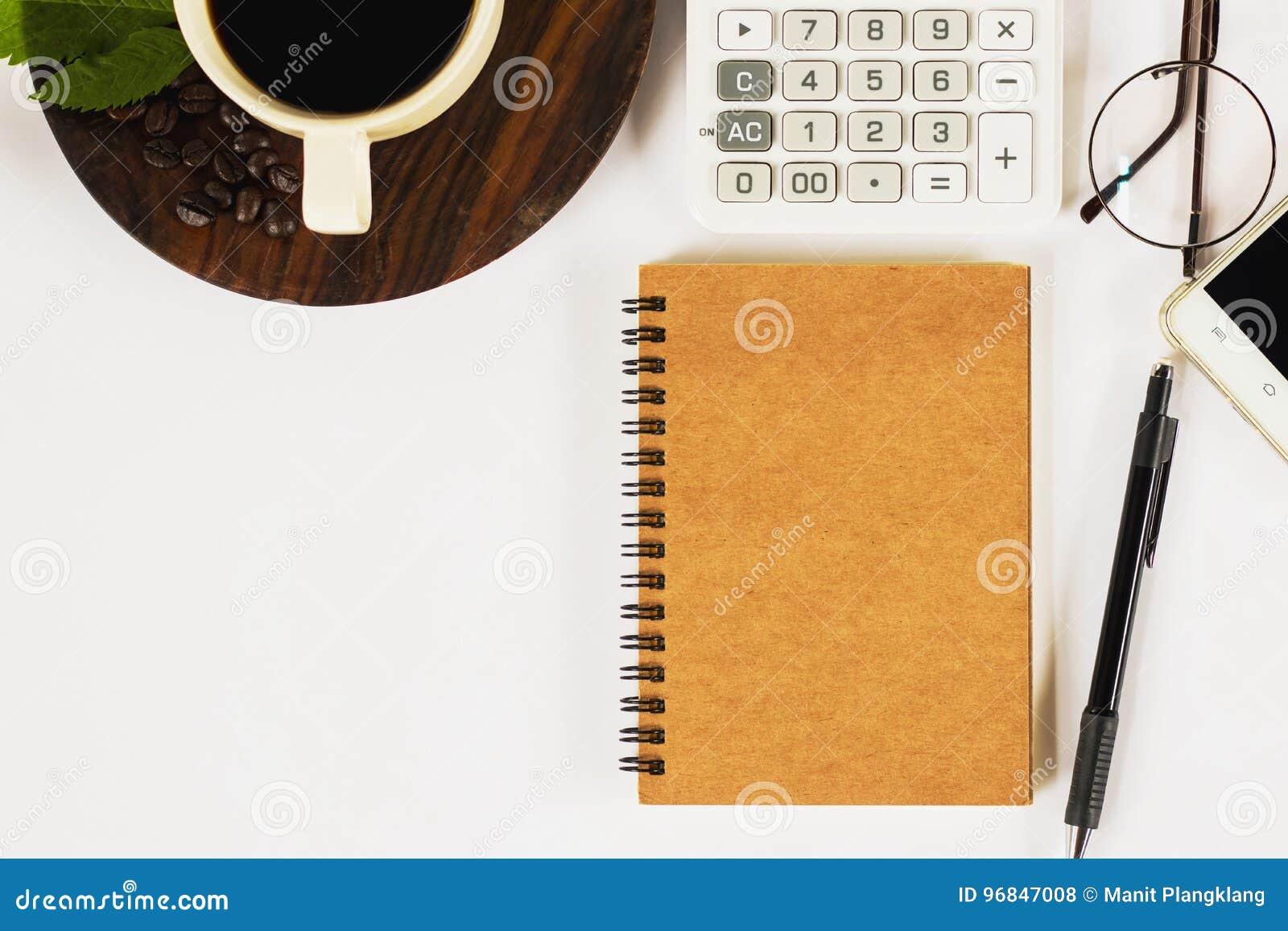 Una tazza di caffè con molti oggetti sullo scrittorio funzionante