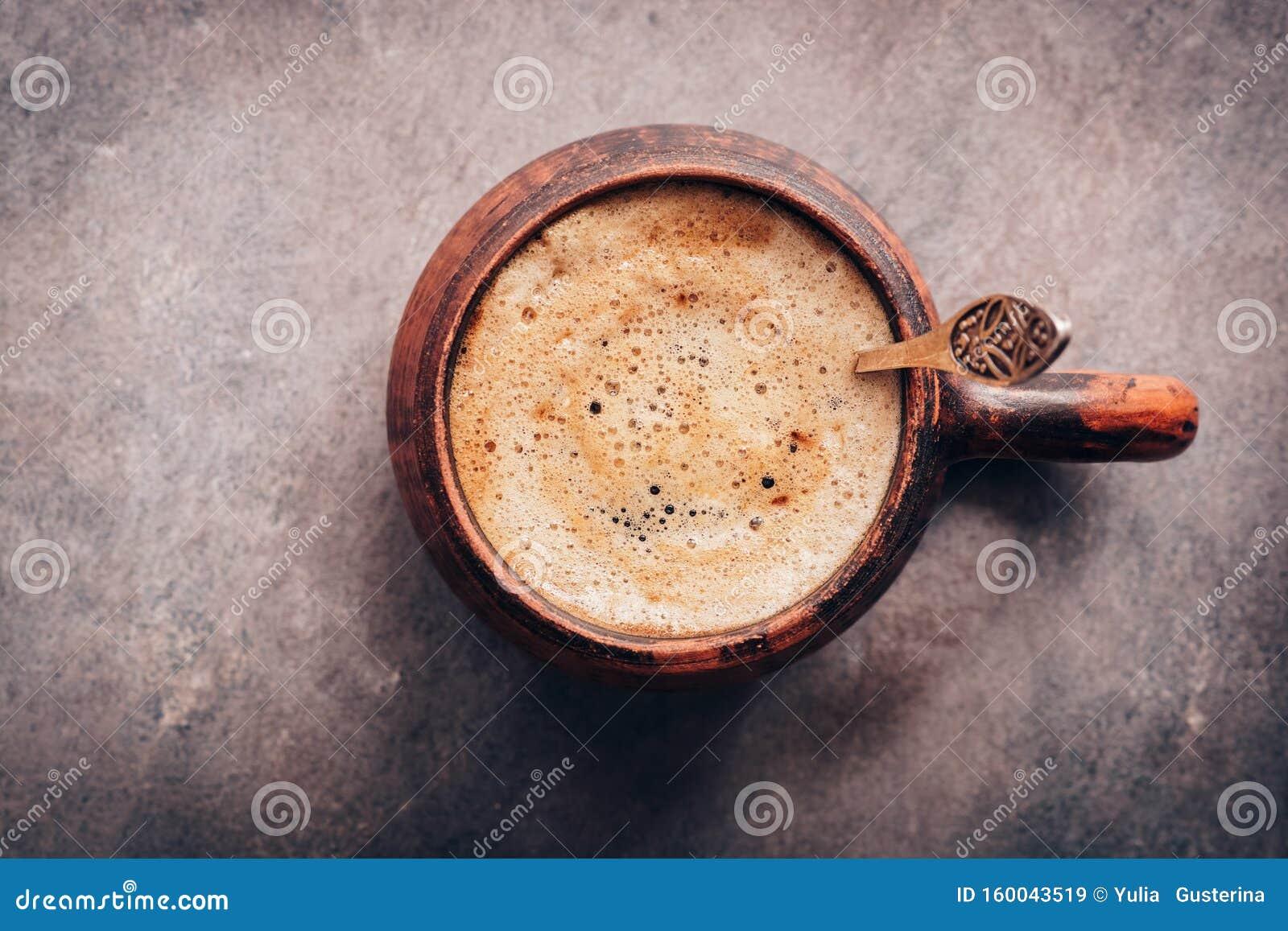Una tazza di caffè del cappuccino sullo sfondo di un annata scura Visualizza dall alto