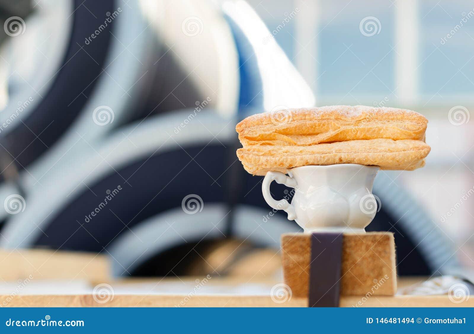 Una tazza di caffè e un panino dolce nel posto di lavoro