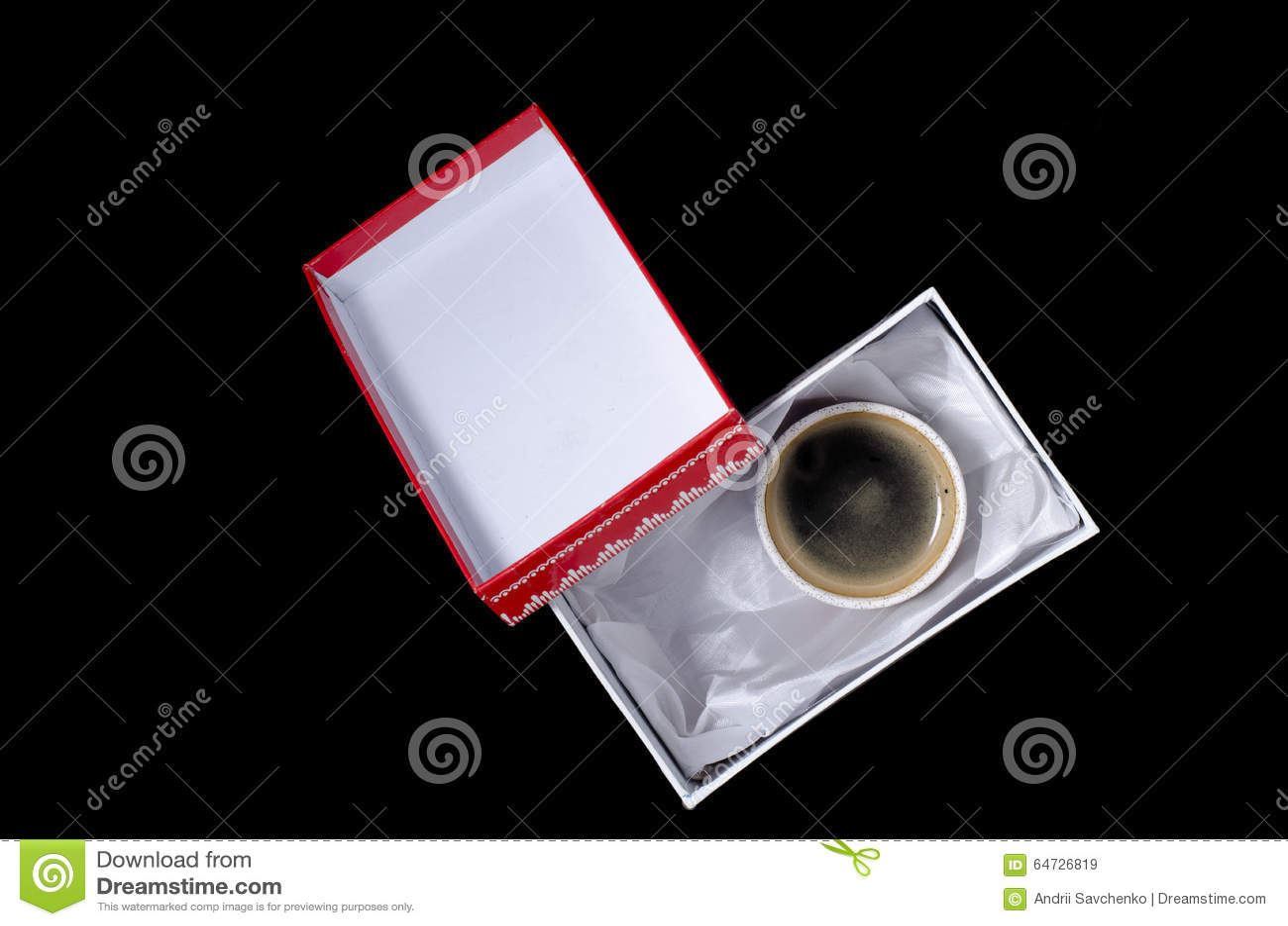 Una tazza di caffè in un contenitore di regalo