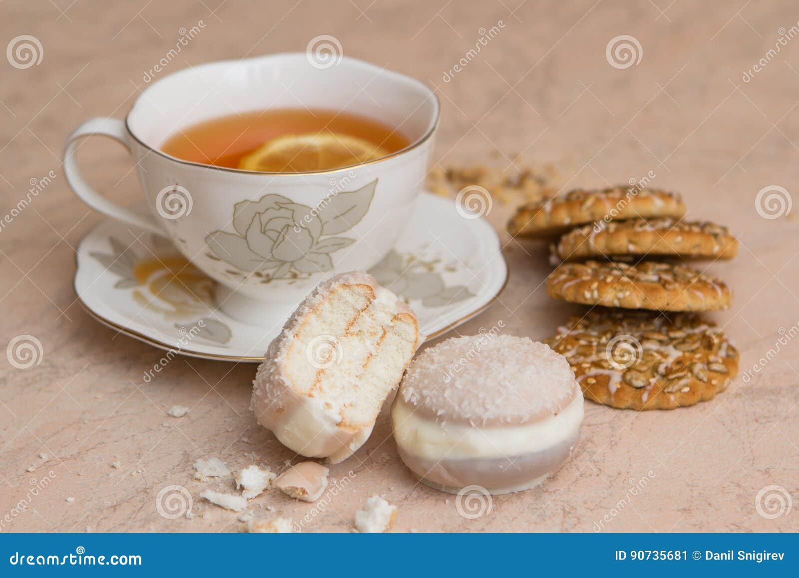 Una tazza di tè con i biscotti