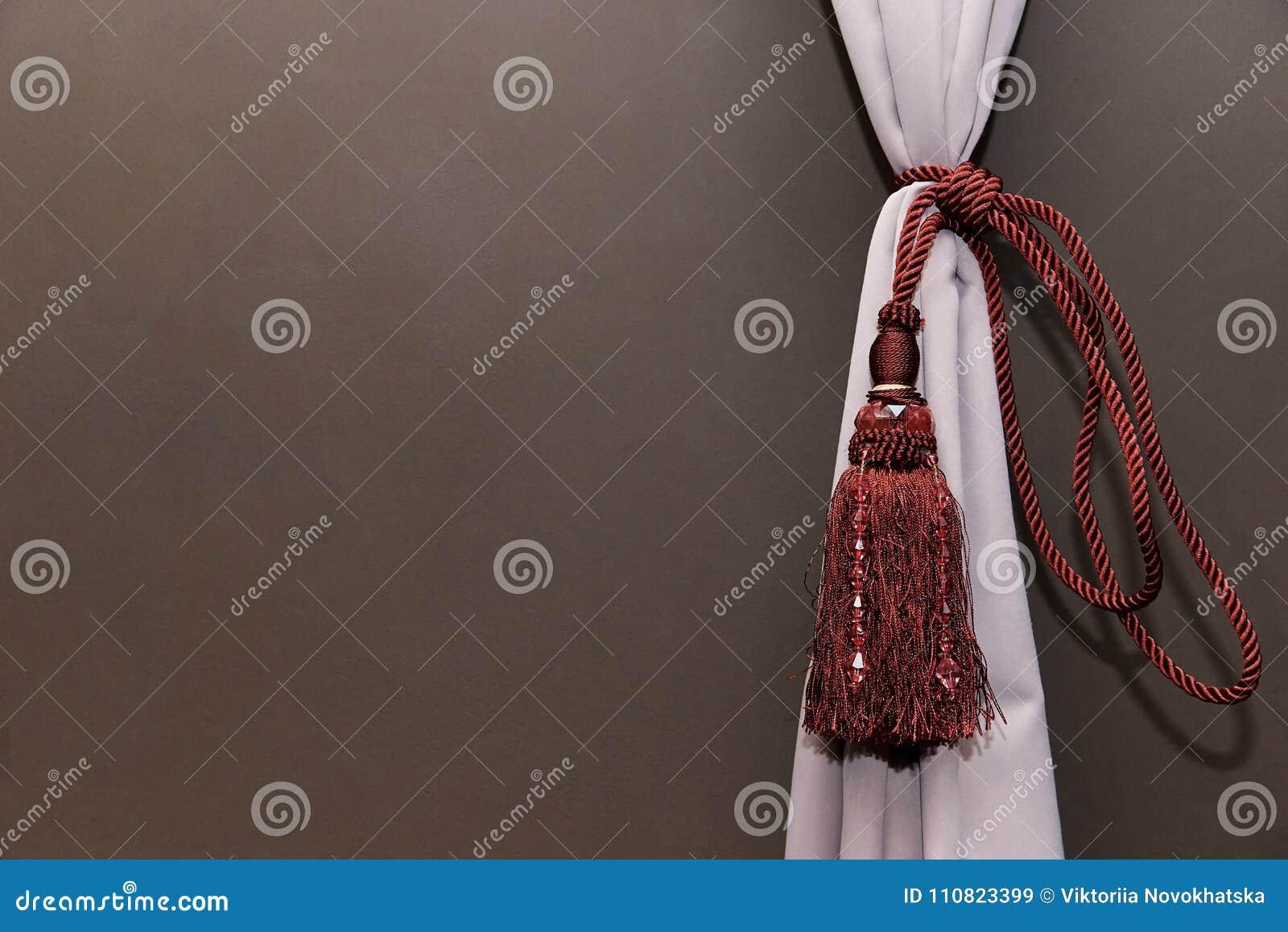 Una Tenda Leggera Si è Riunita Da Una Corda Rossa Con Le Frange E Le